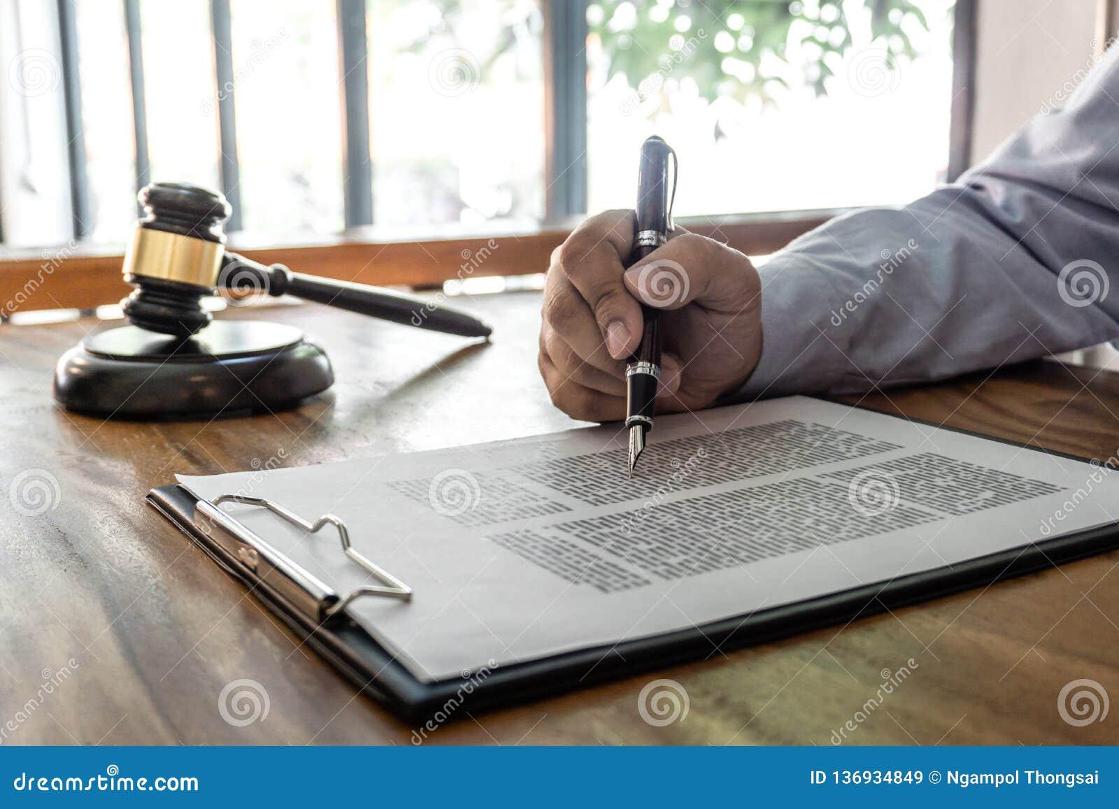 Drewniany młoteczek na stole, pojęcie, prawa, prawnika adwokata i sprawiedliwości, męski prawnik pracuje na dokumenty i raport zn