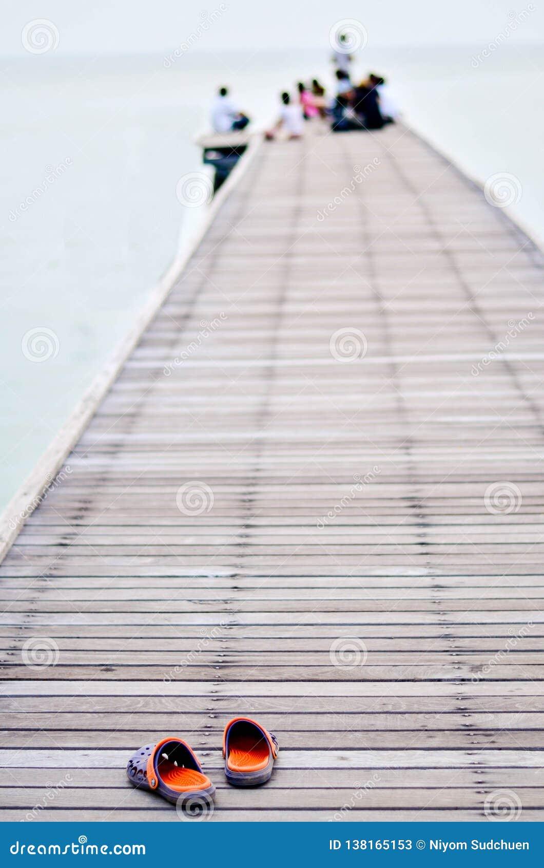 Drewniany mola prowadzenie w morze