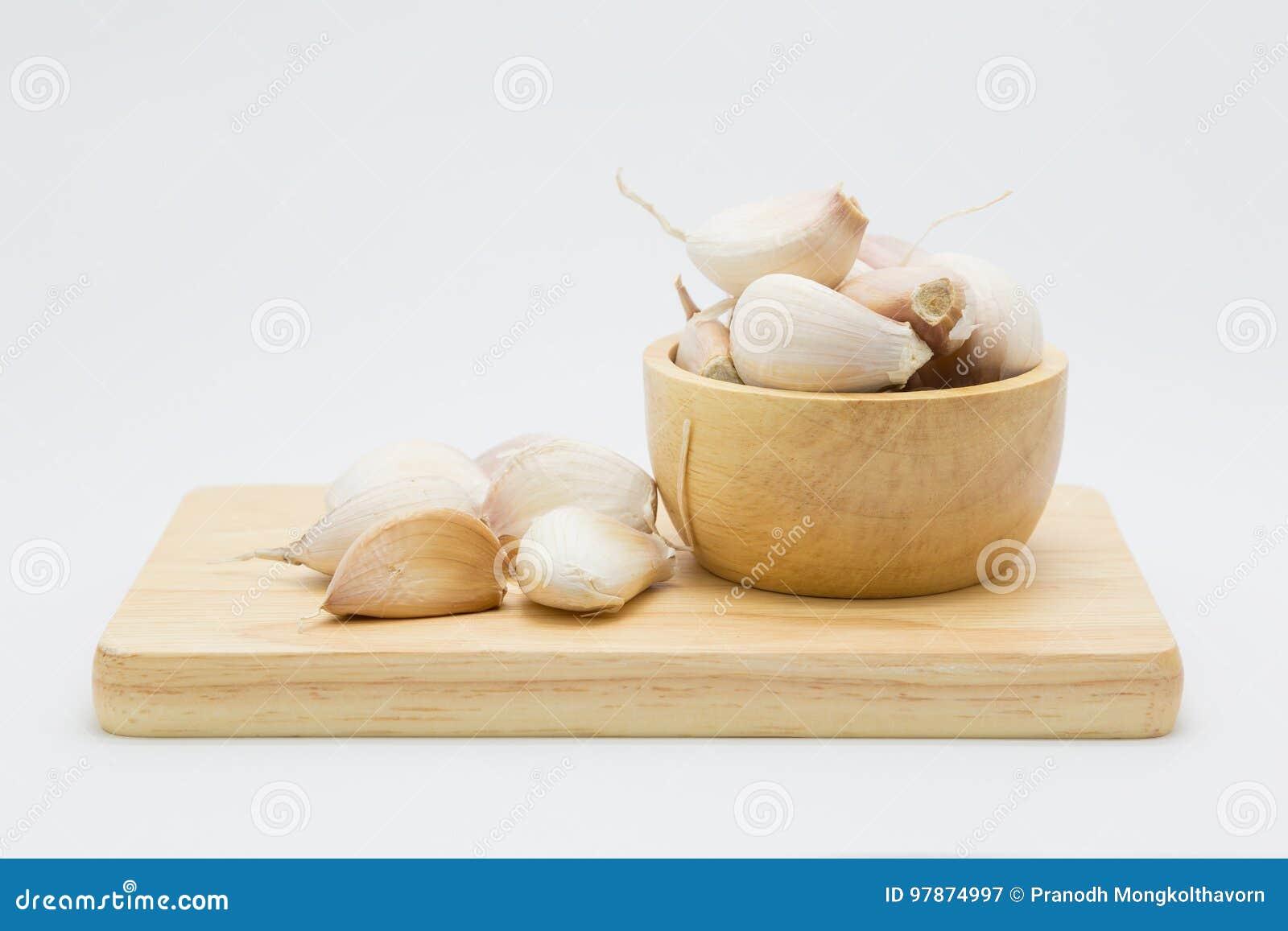 Drewniany puchar z korzeniowym czosnkiem