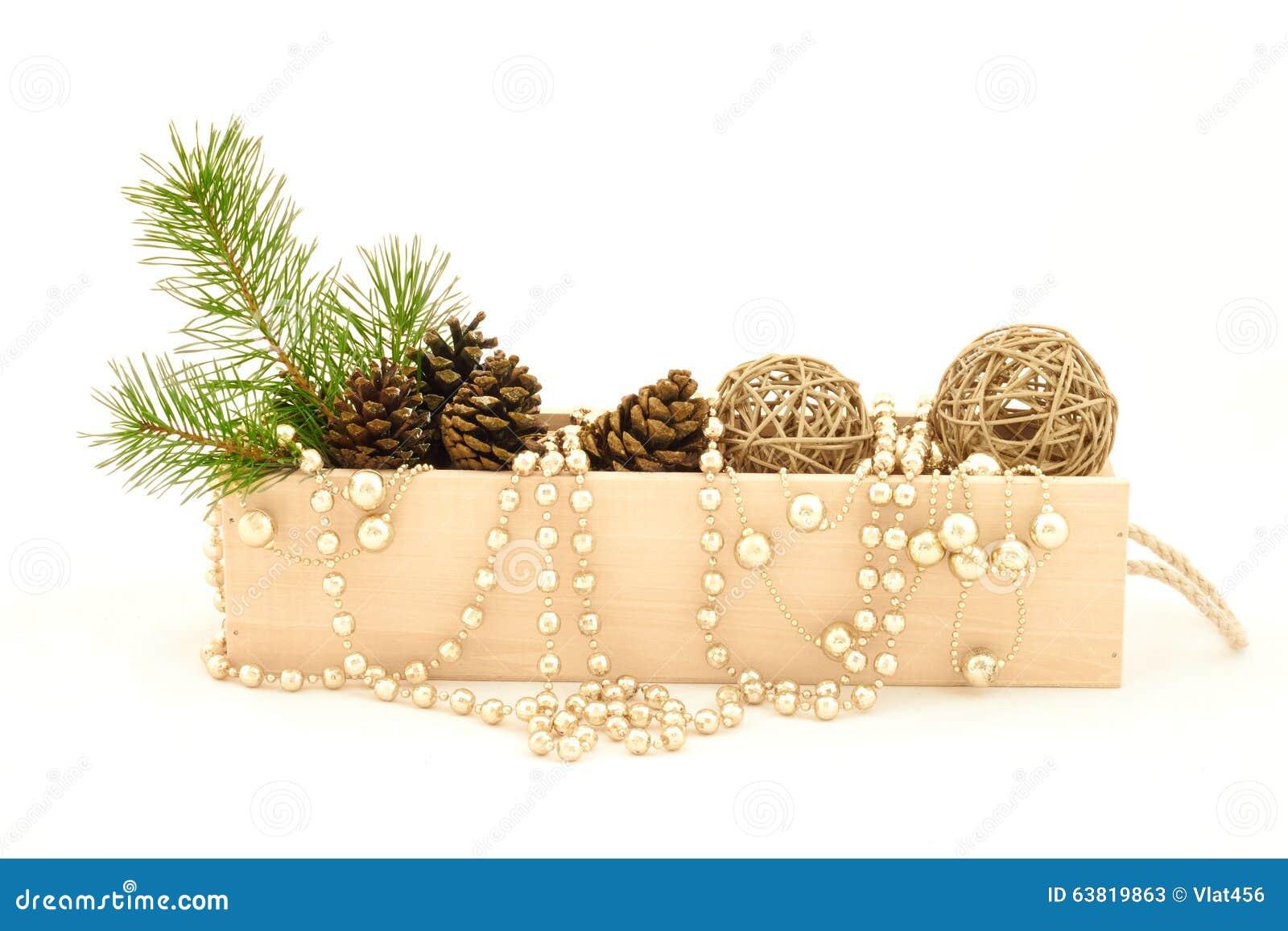 Drewniany pudełko z gałąź, rożkami i dekoracjami sosny,