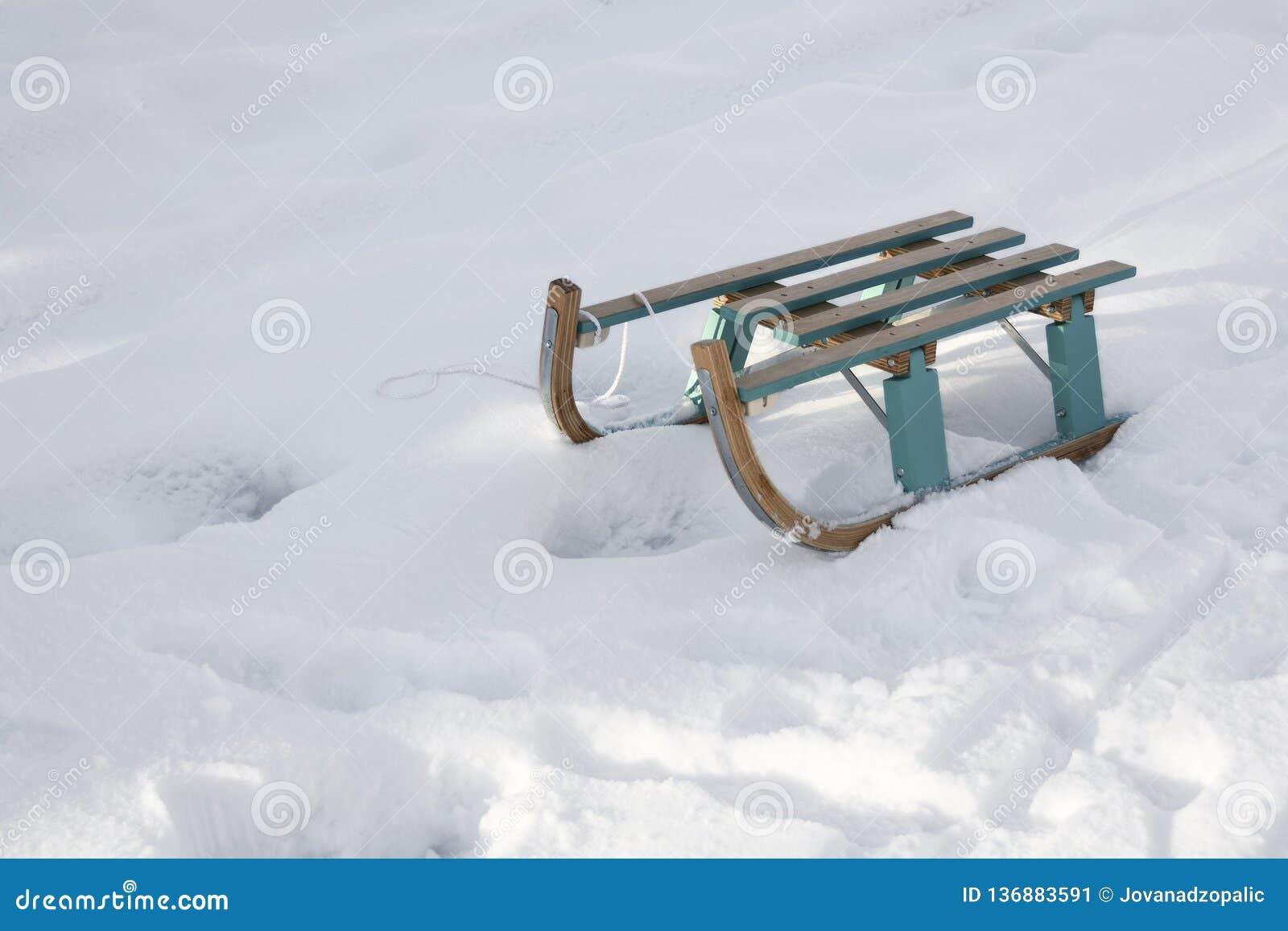 Drewniany sanie na śniegu w naturze
