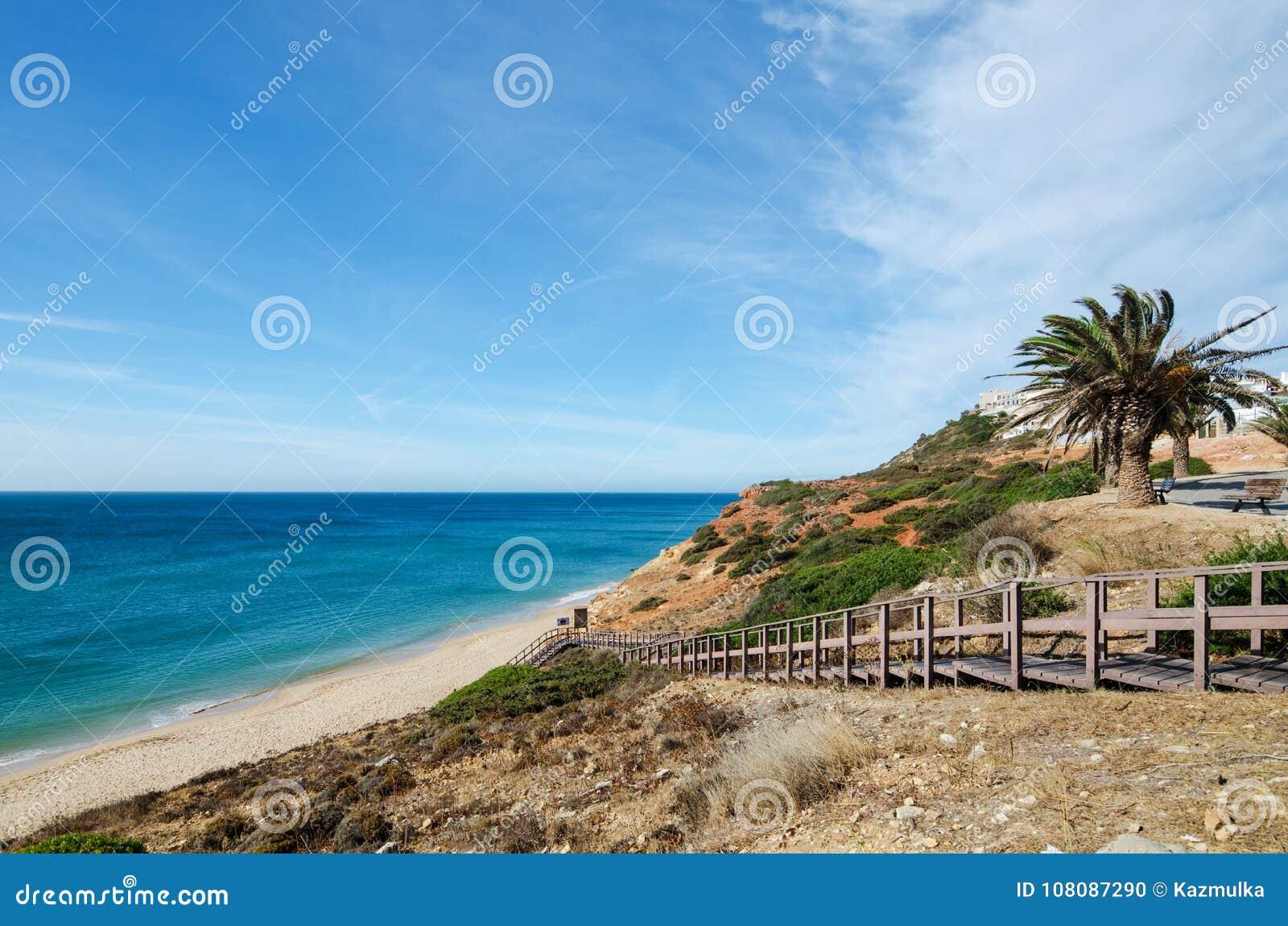 Drewniany schody prowadzi piękna piaskowata plaża Salema wioska Vila Do Bispo, Gromadzki Faro, Algarve, Południowy Portugalia