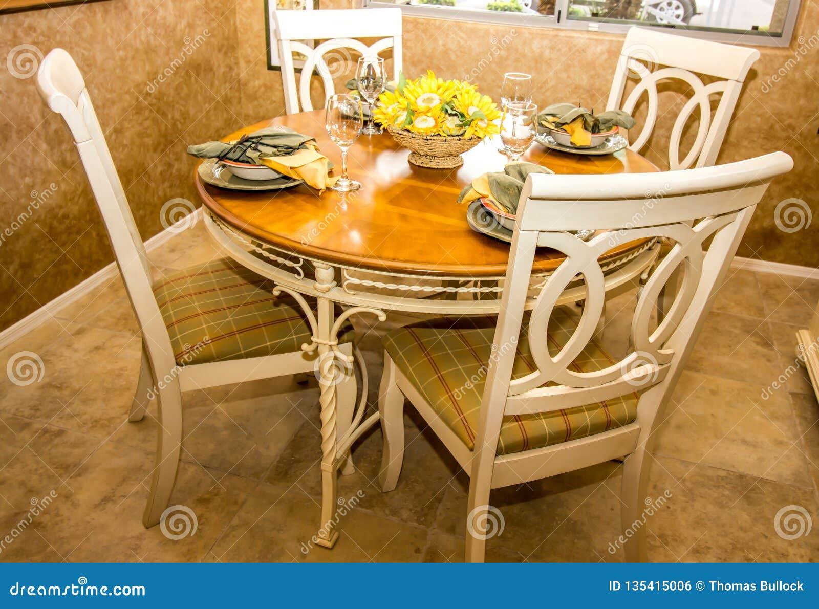Drewniany stół I krzesła Dla Cztery