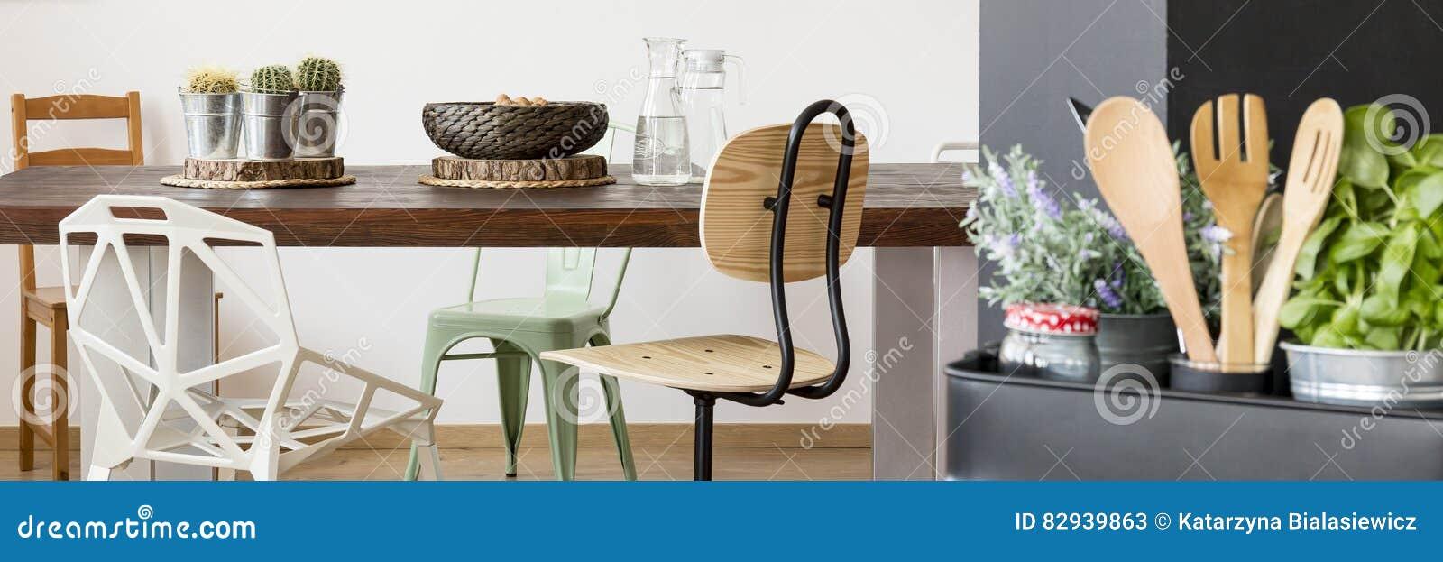 Drewniany Stół Krzesła I Kuchni Naczynia Obraz Stock