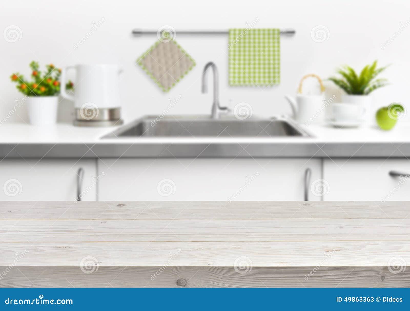 Drewniany stół na kuchennego zlew wnętrza tle