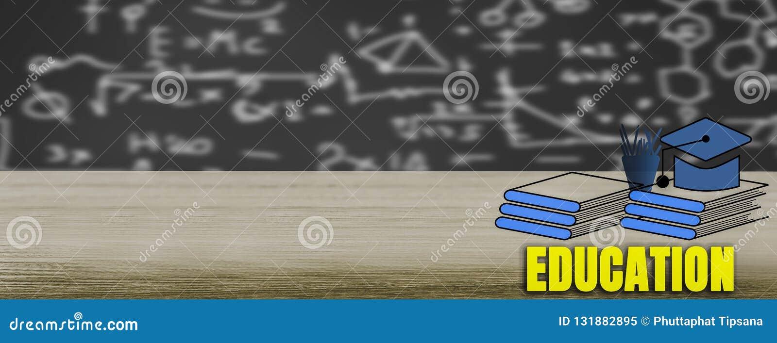 Drewniany stół z książkowej sterty ikonami z chalkboard tłem, P