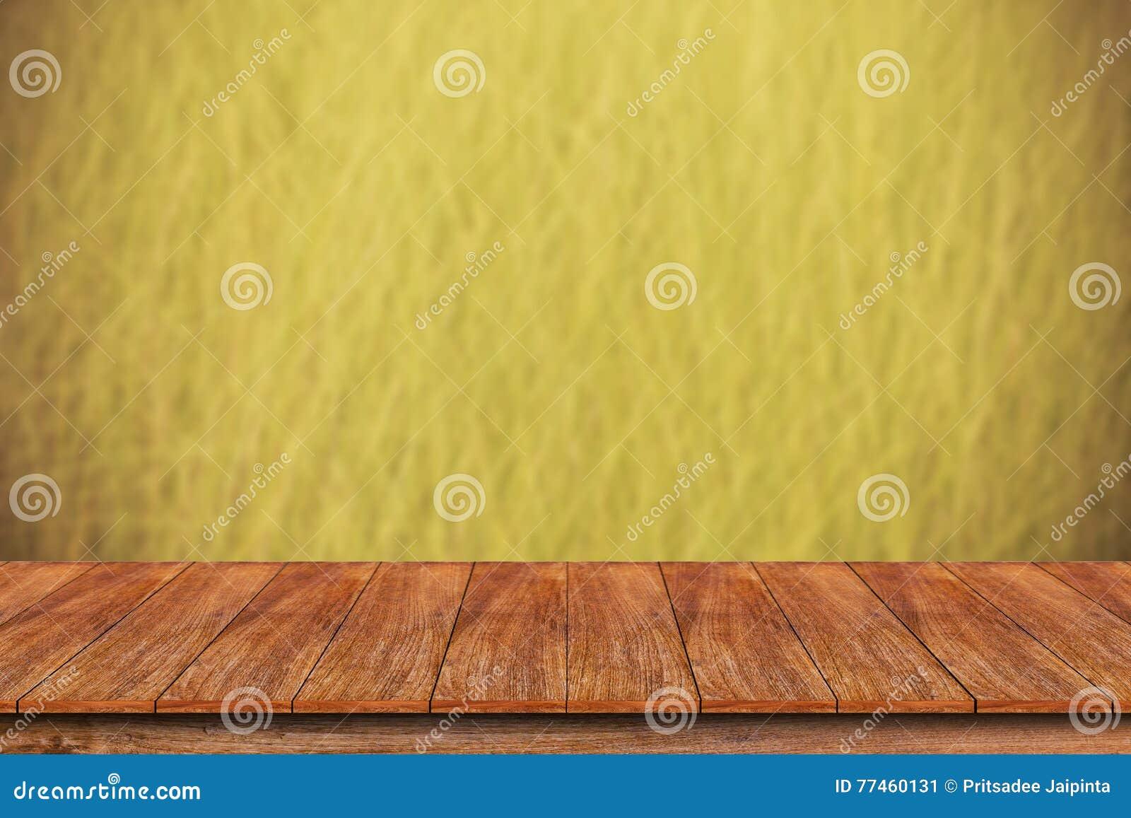 Drewniany stołowy wierzchołek na zamazanym trawy tle