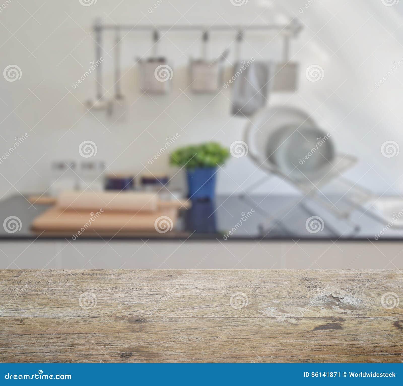 Drewniany stołowy wierzchołek z plamą nowożytny ceramiczny kitchenware i naczynia