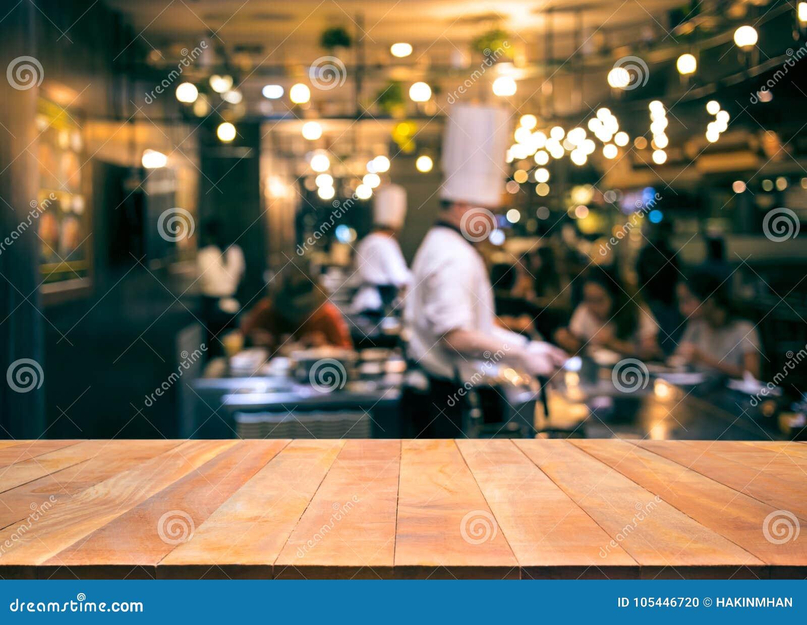 Drewniany stołowy wierzchołek z plama szefa kuchni kucharstwem w prętowej restauraci