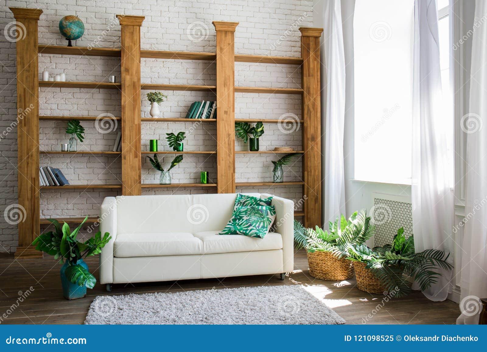 Drewniany stojak z białą kanapą obok go
