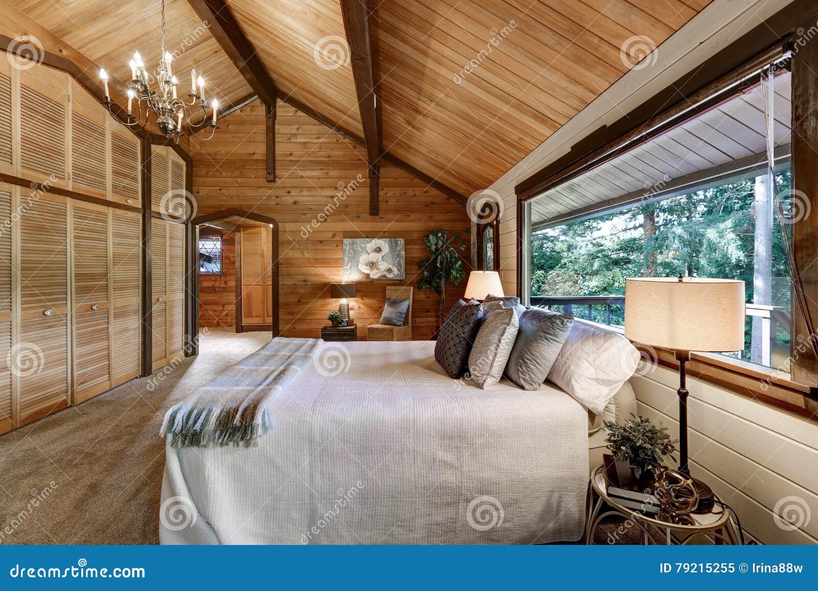 Drewniany Sypialni Wnętrze Z Wysokością Sklepiał Stropujący