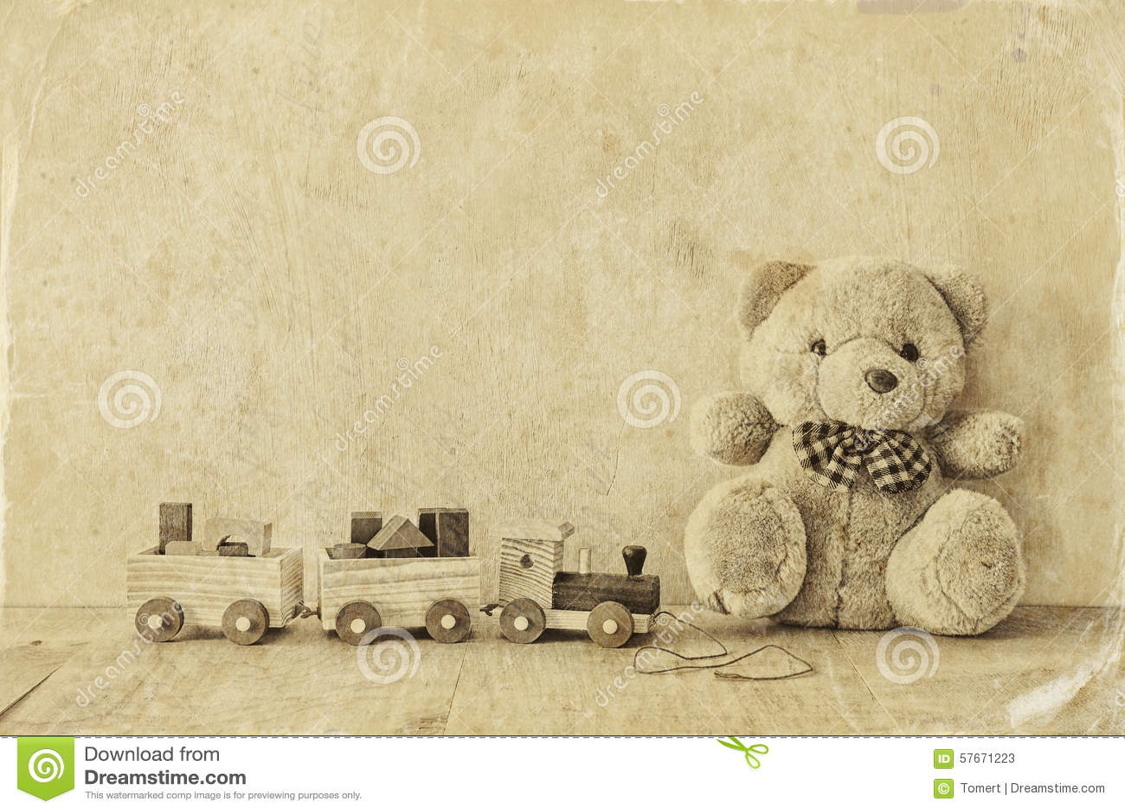 Drewniany zabawka pociąg, miś nad drewnianą podłoga i Czarny i biały stylowa fotografia