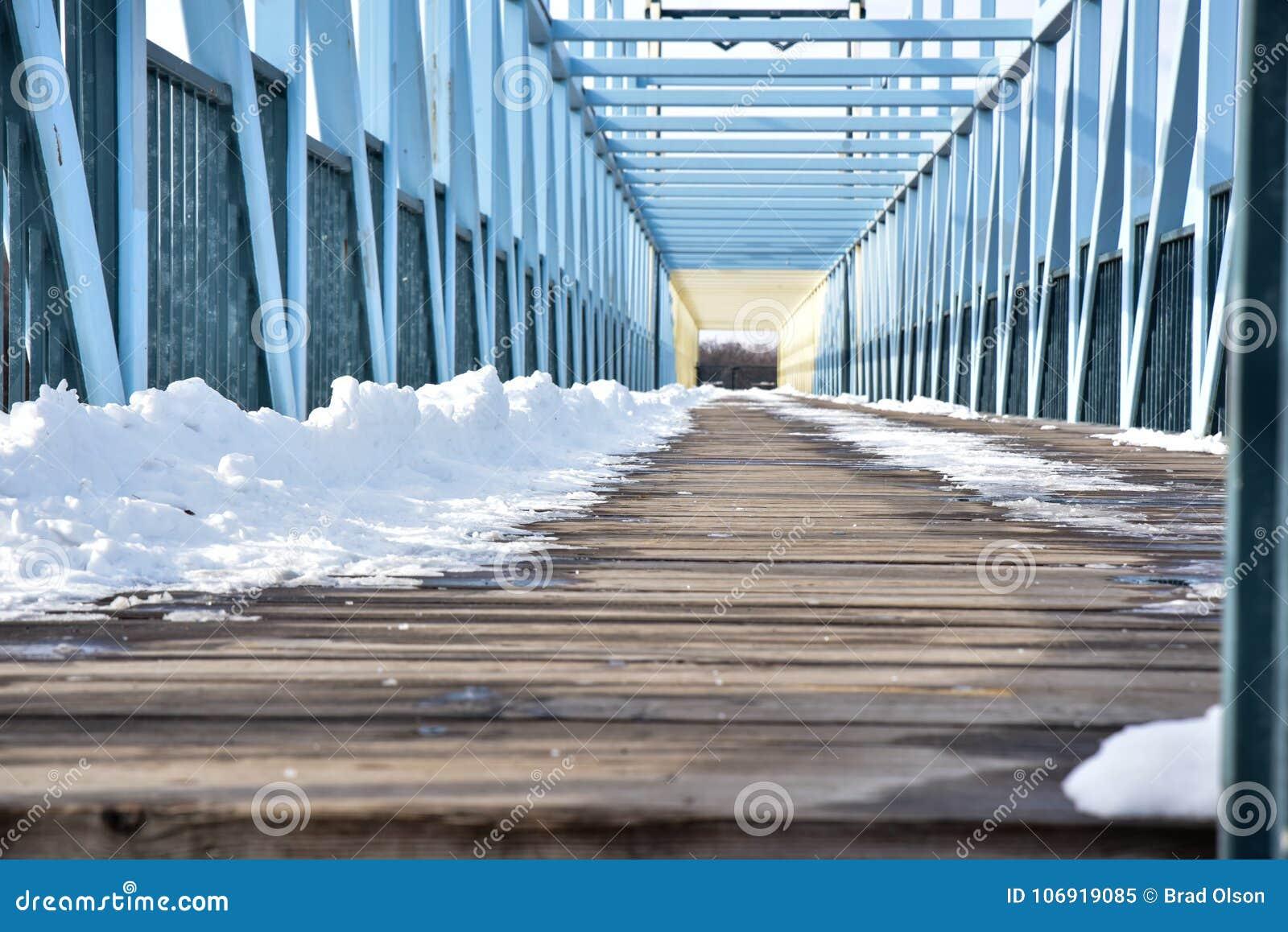 Drewniany zwyczajny Footbridge nad ulicą w zimie z śniegiem
