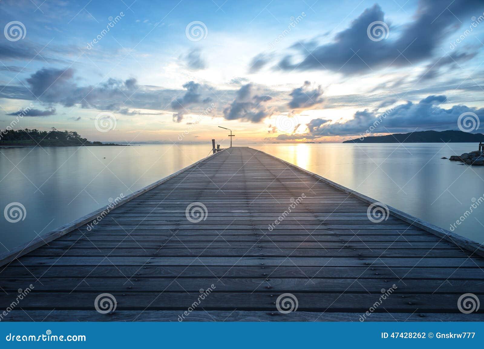 Drewno mosta prowadzenie słońce