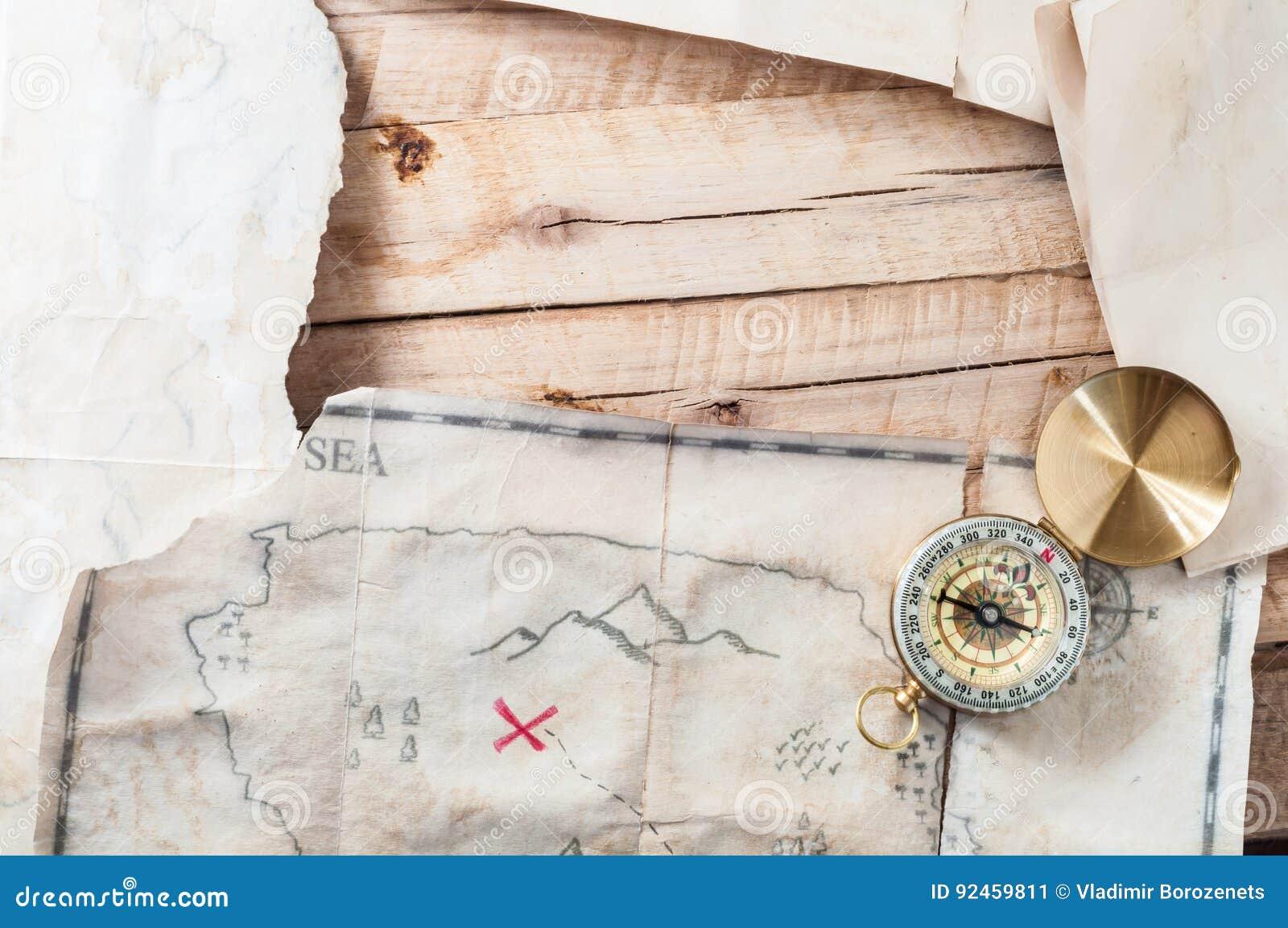 Drewno stół z rocznik starzejącą się papierową i antyczną skarb mapą z kompasem Z przestrzenią dla twój projekta