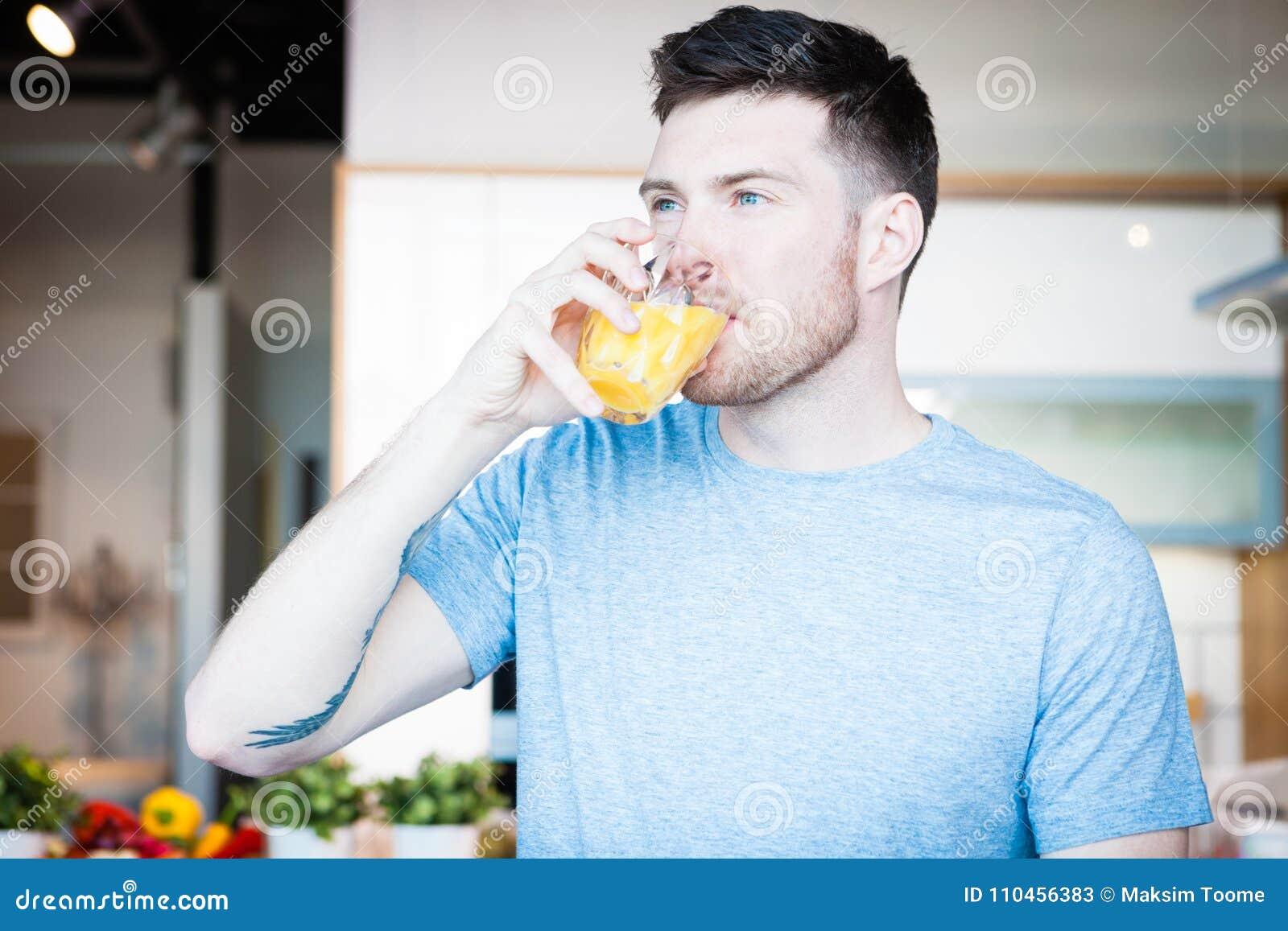 Dricka fruktsaftmanorange