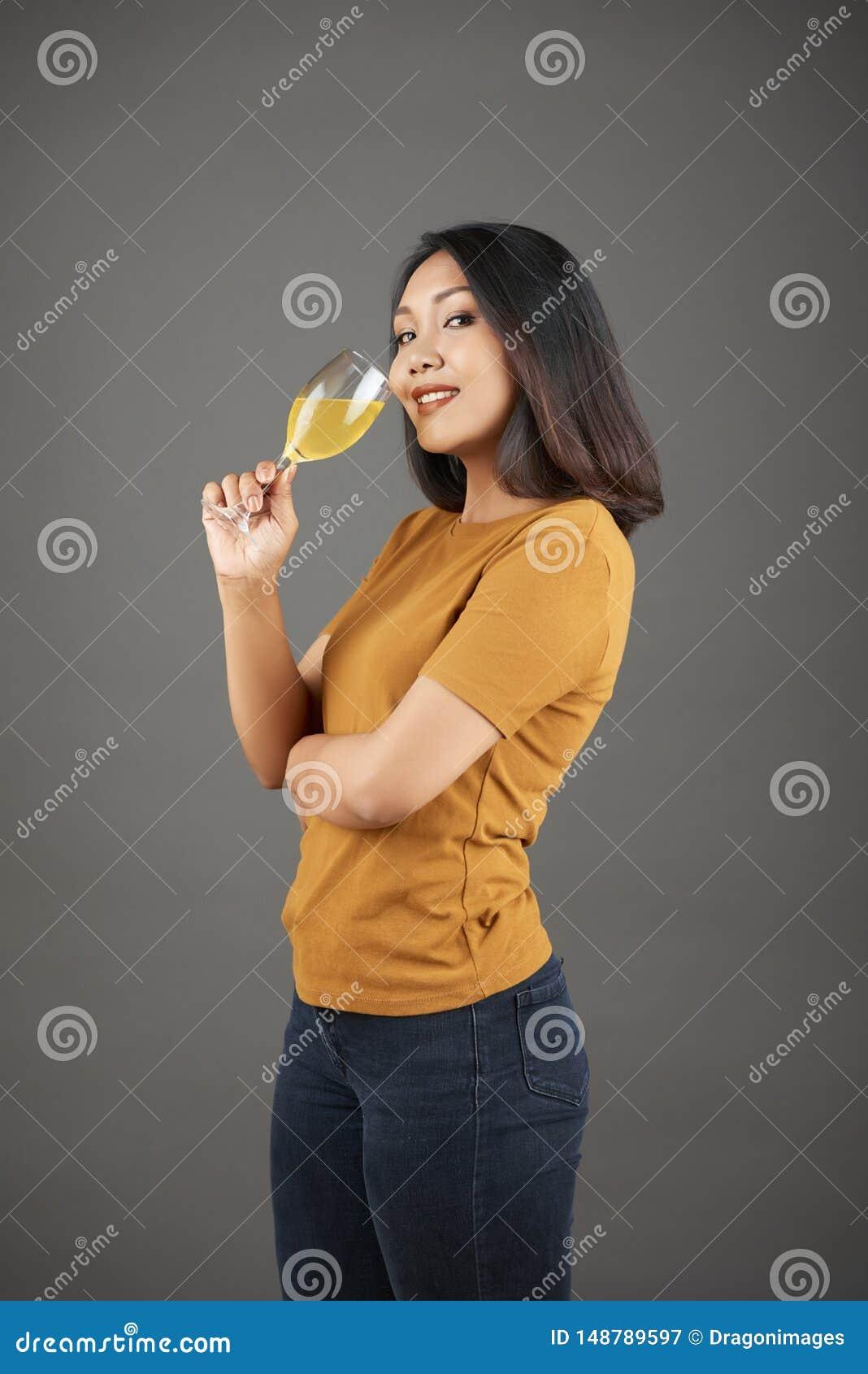 Dricka fruktsaftorangekvinna
