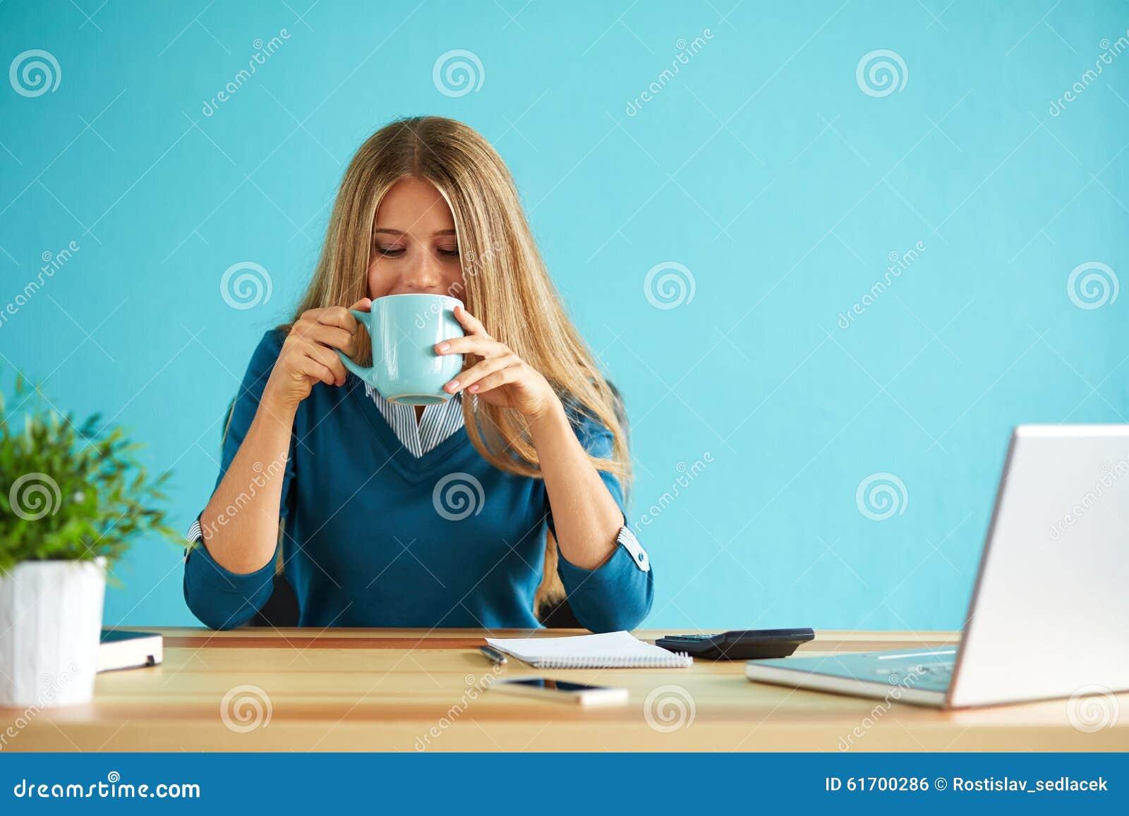 Dricka kaffe för kvinna