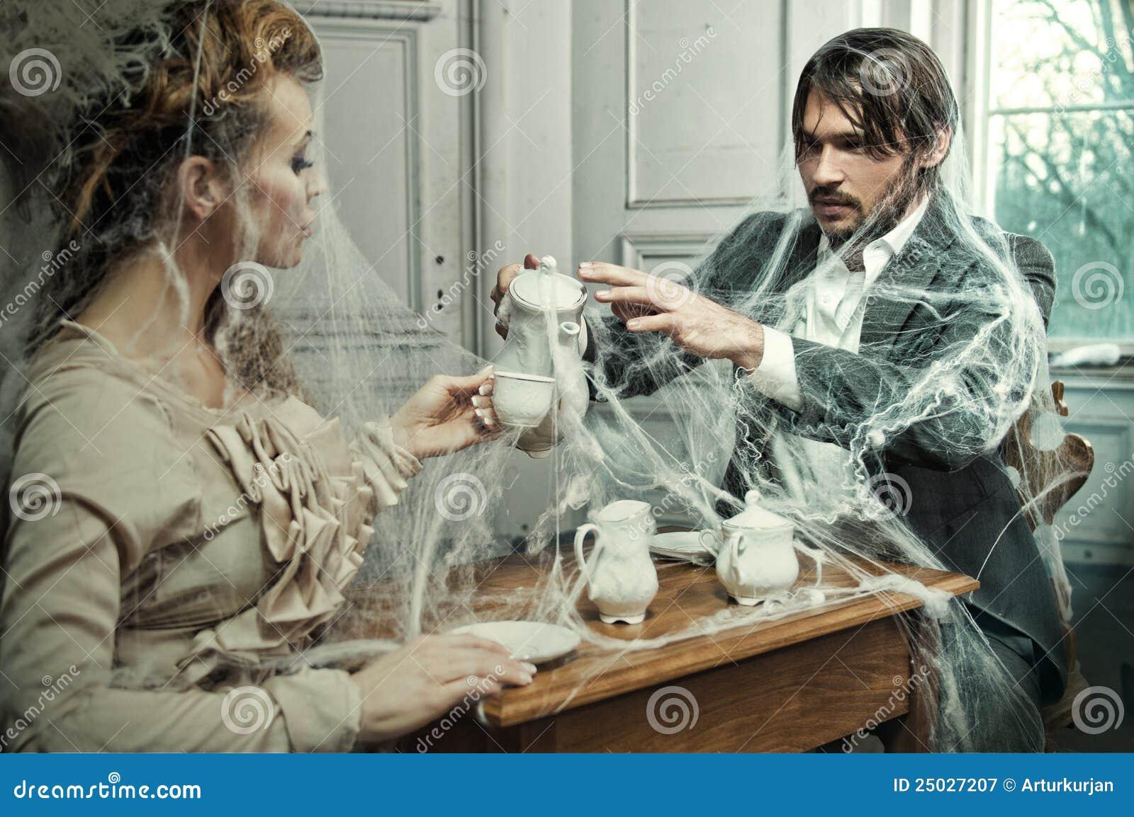 Dricka kaffe för unga par i ett gammalt slott