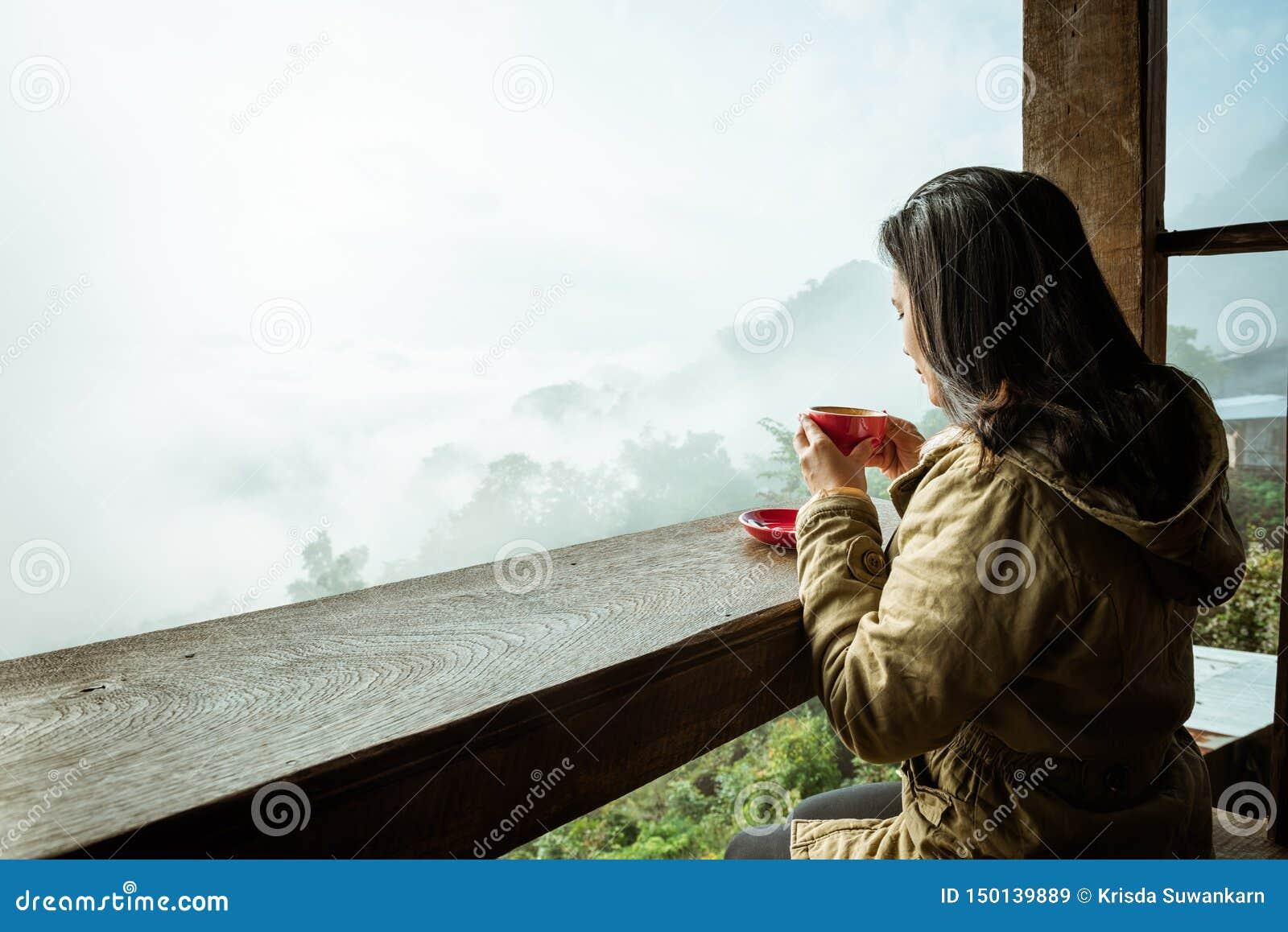 Dricka kaffe f?r kvinna i coffee shop