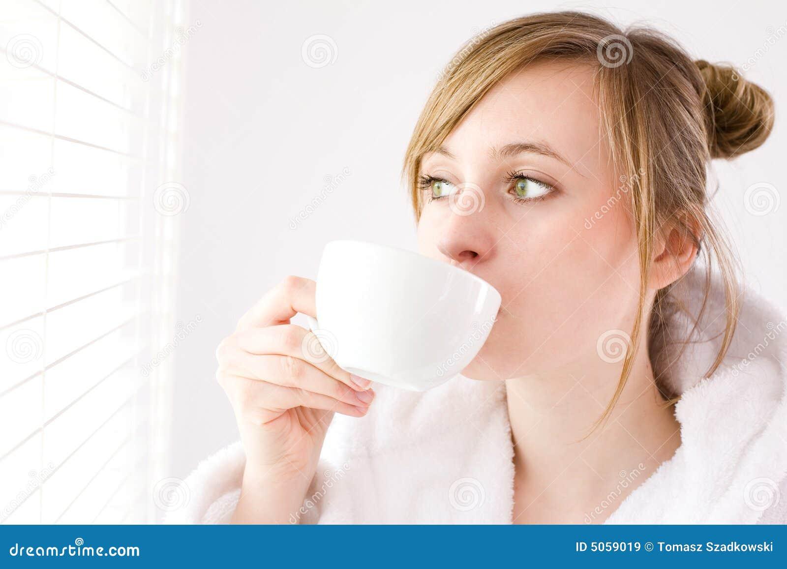 Dricka kvinna för kaffe