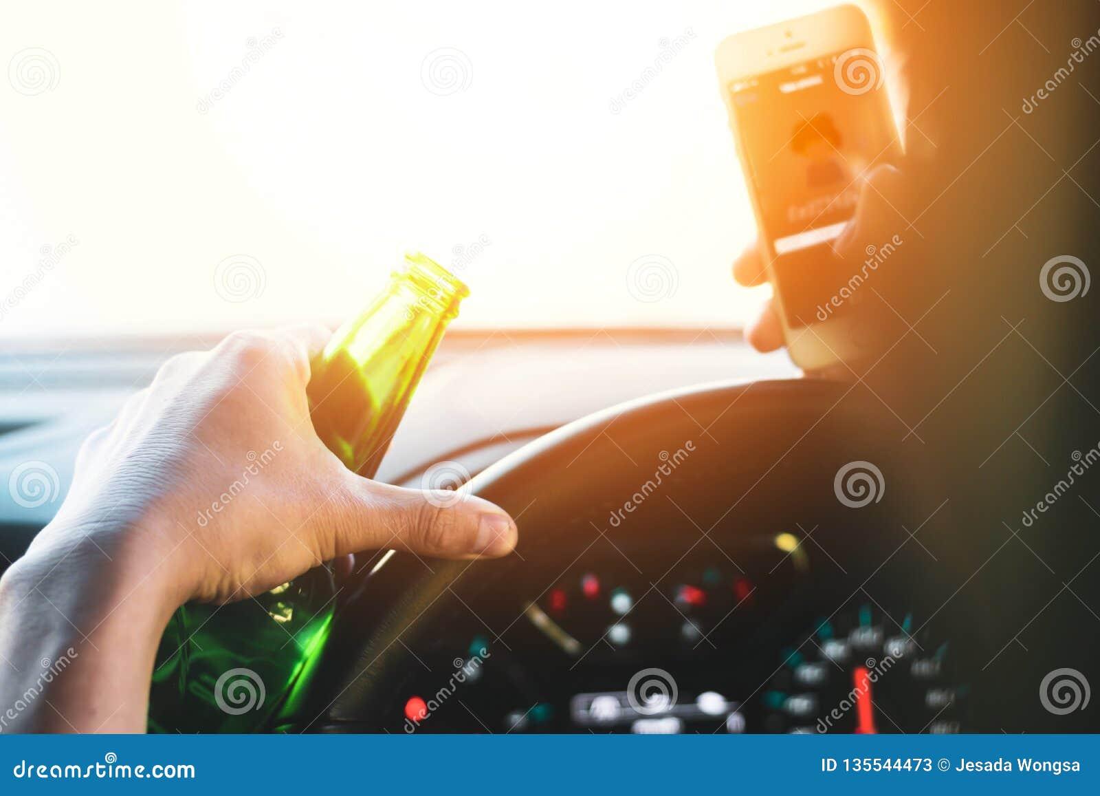 Dricka och körning, man som dricker alkohol och använder mobiltelefonen, medan köra bilen, begreppsdrev säkert, medan använda