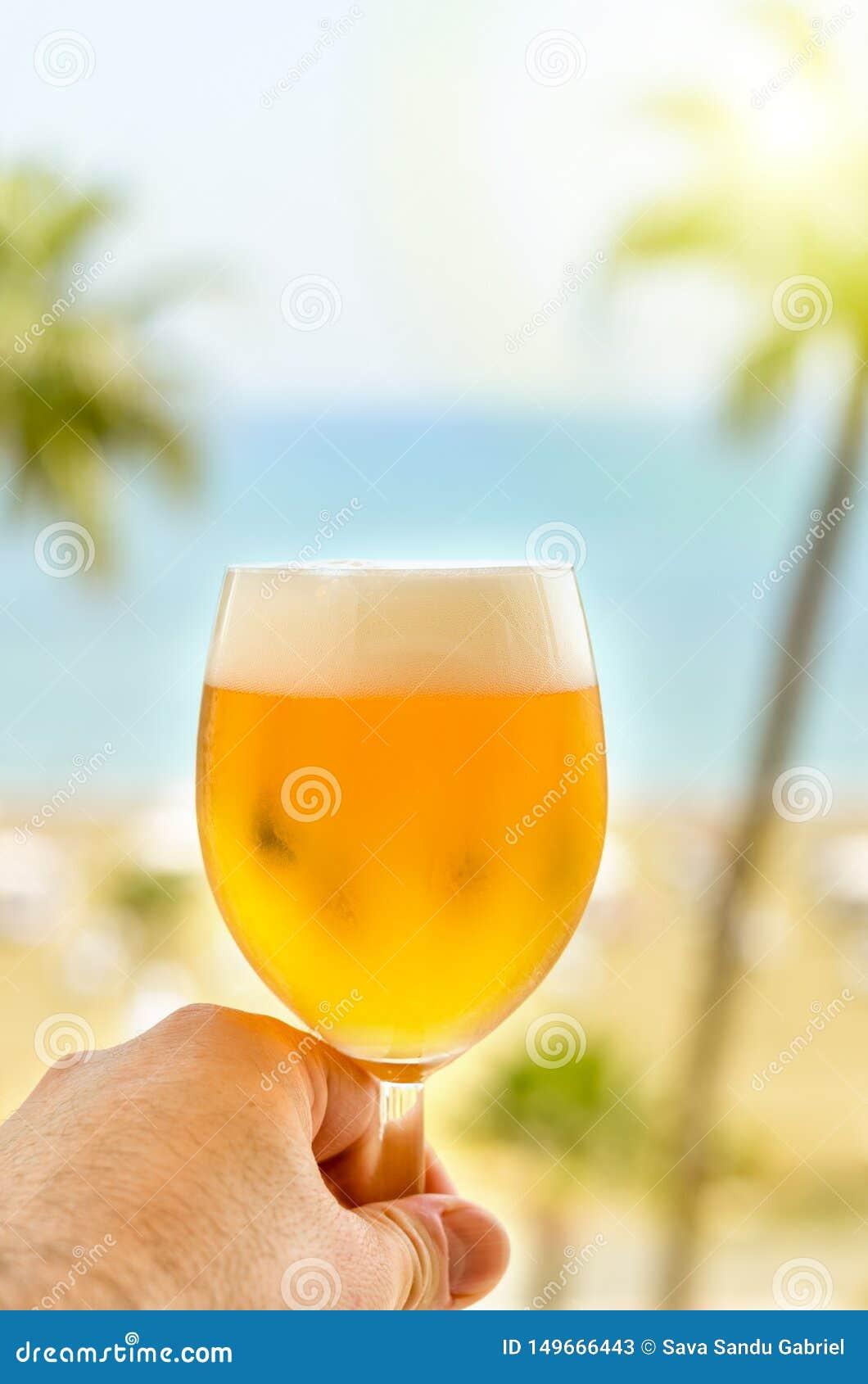 Dricka och koppla av på strandhotellbalkongen