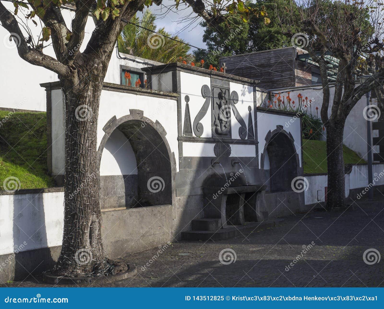 Dricka springbrunn för historiskt offentligt vatten på den huvudsakliga fyrkanten i mitten av den Vila Franca do Campo staden som