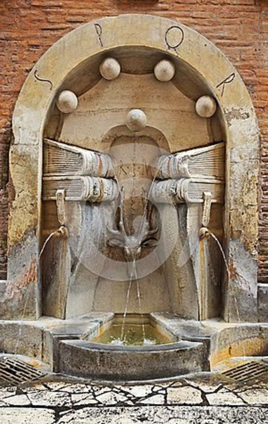 Dricka springbrunnen på gatorna av Rome, Italien