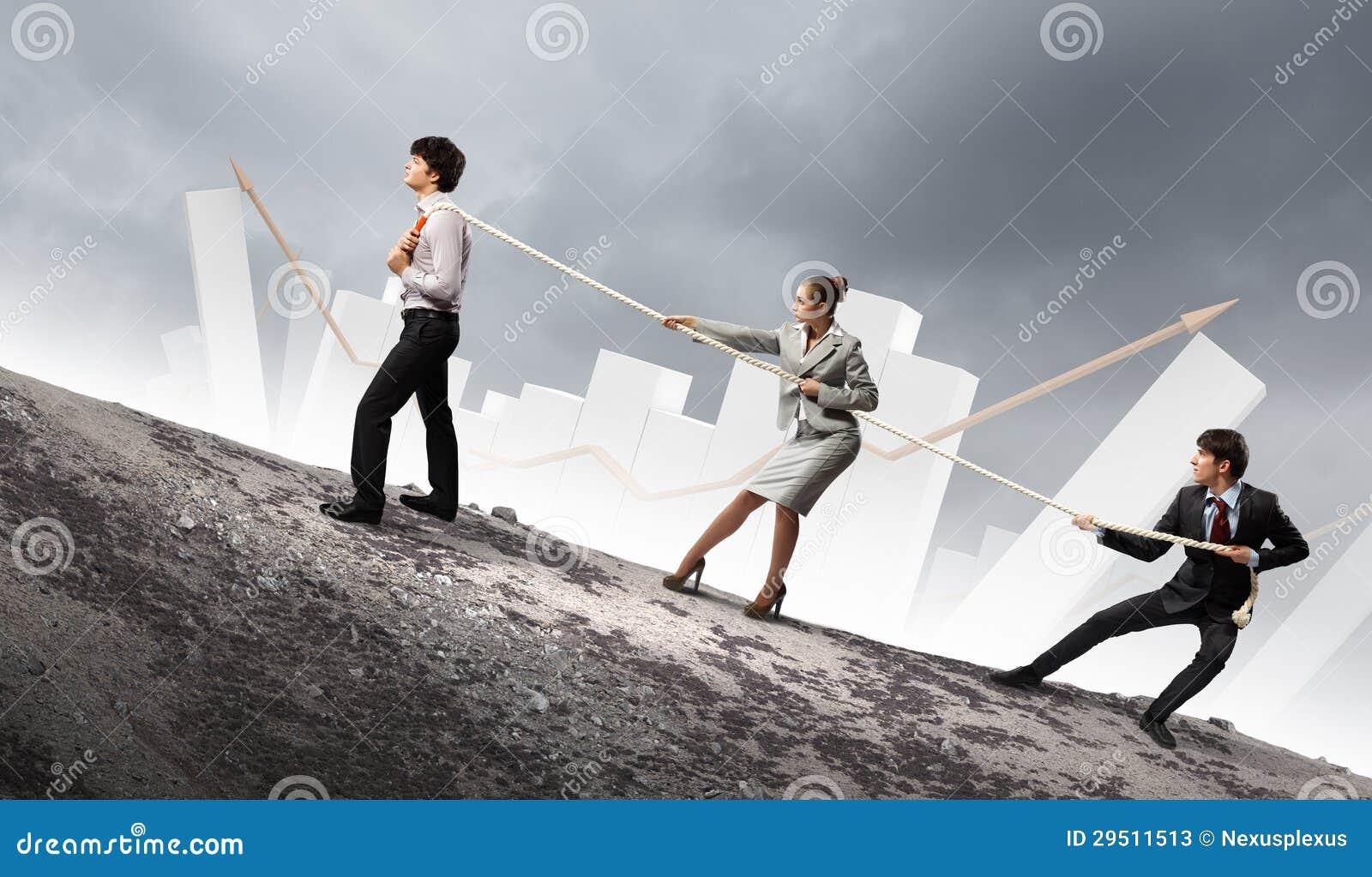 Drie bedrijfsmensen die kabel trekken