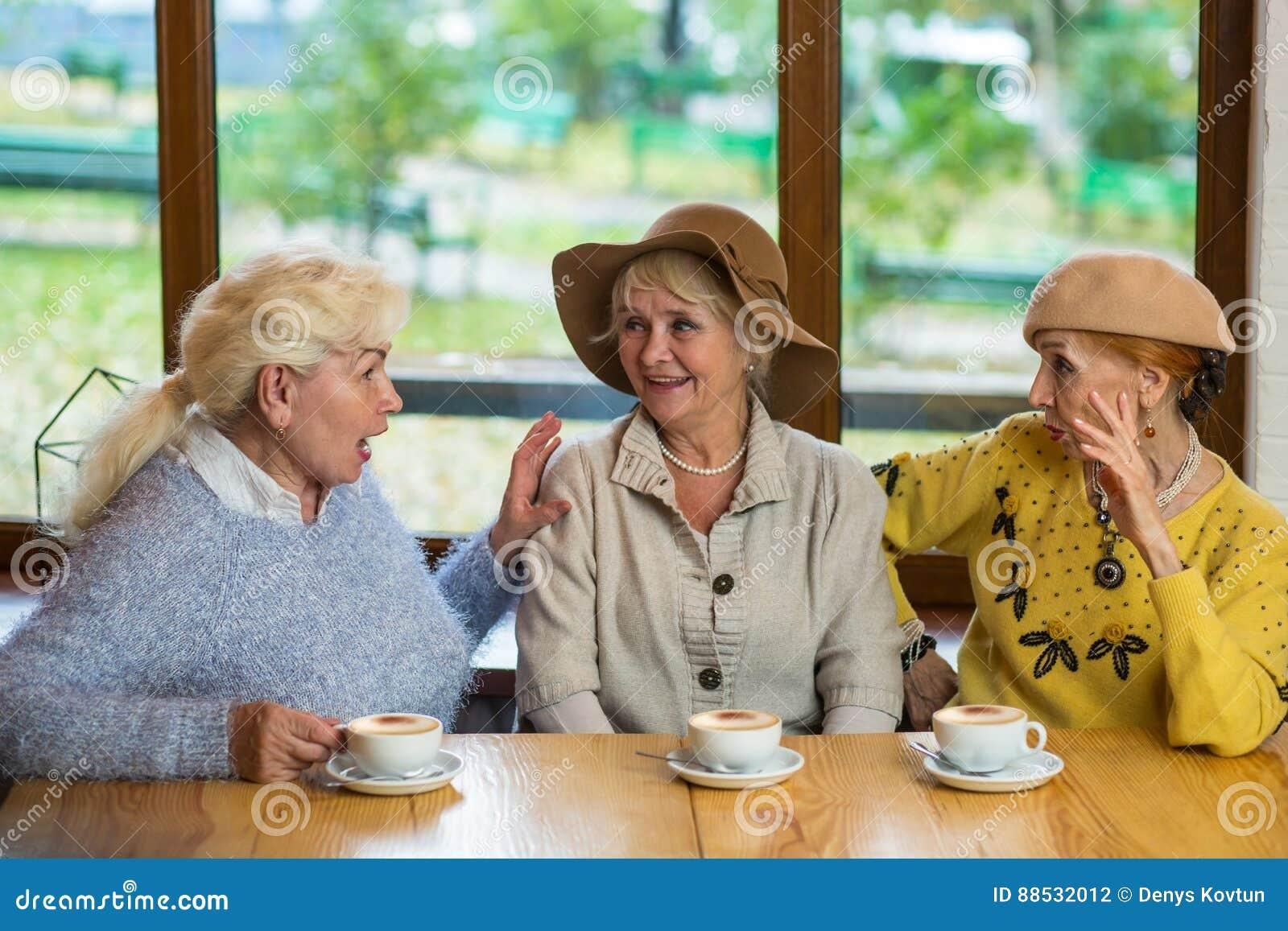Drie bejaarden die koffie drinken