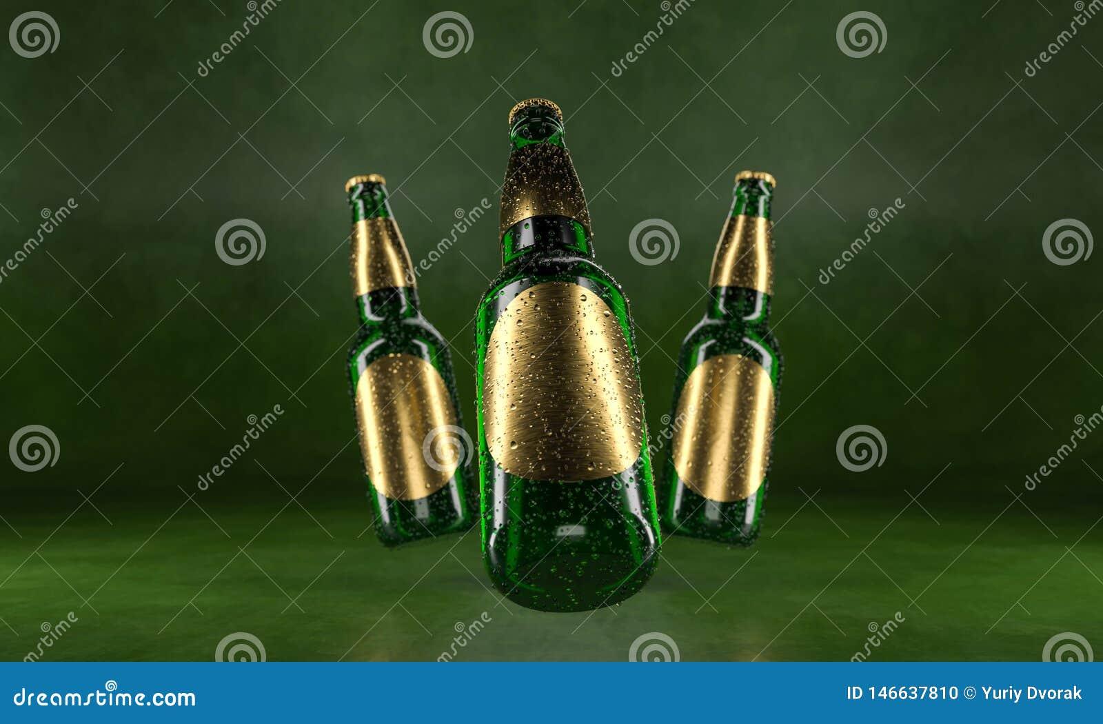 Drie bierflessen die zich op een rustieke groene lijst bevinden Bierspot omhoog De natte bierflessen withgolden etiketten en wate