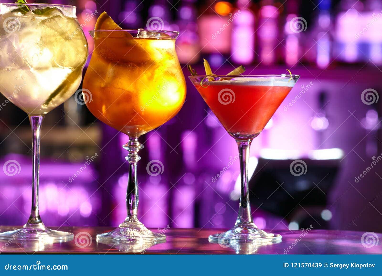 Drie exotische cocktails in mooie glazen