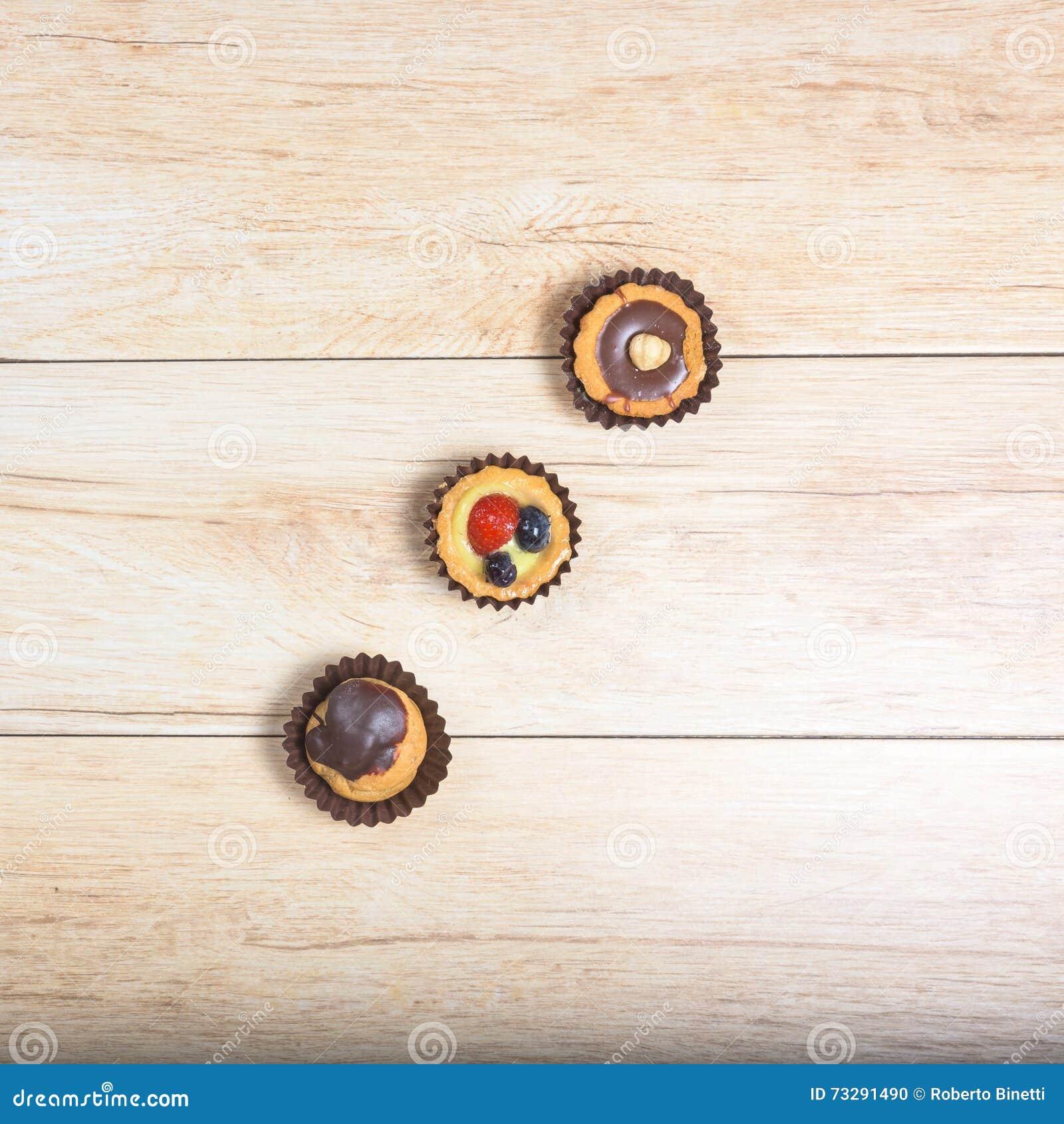 Drie gebakjes hierboven