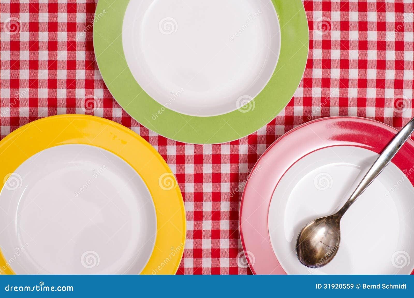 Drie gekleurde platen en een lepel