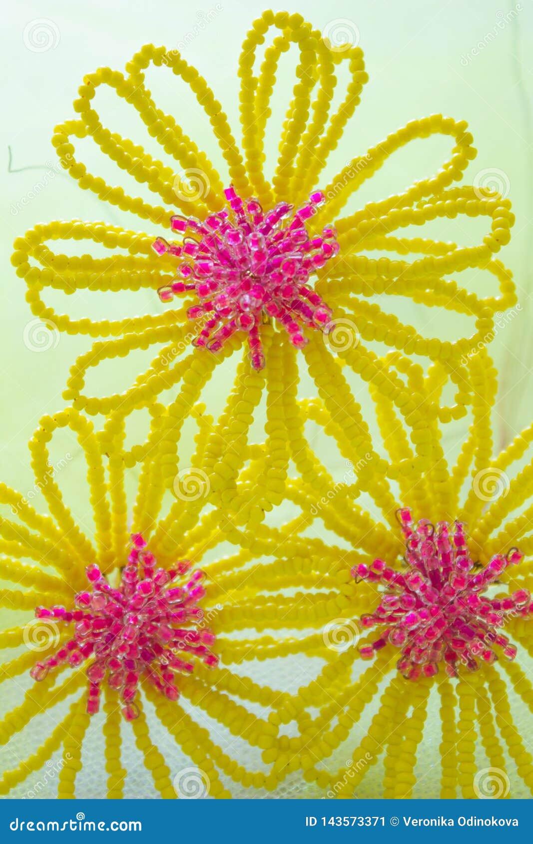 Drie Gele geparelde bloemen met een roze hart, op een gele vage achtergrond