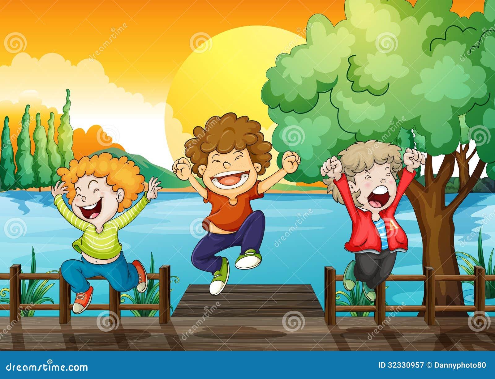 Drie gelukkige jongens bij de houten brug