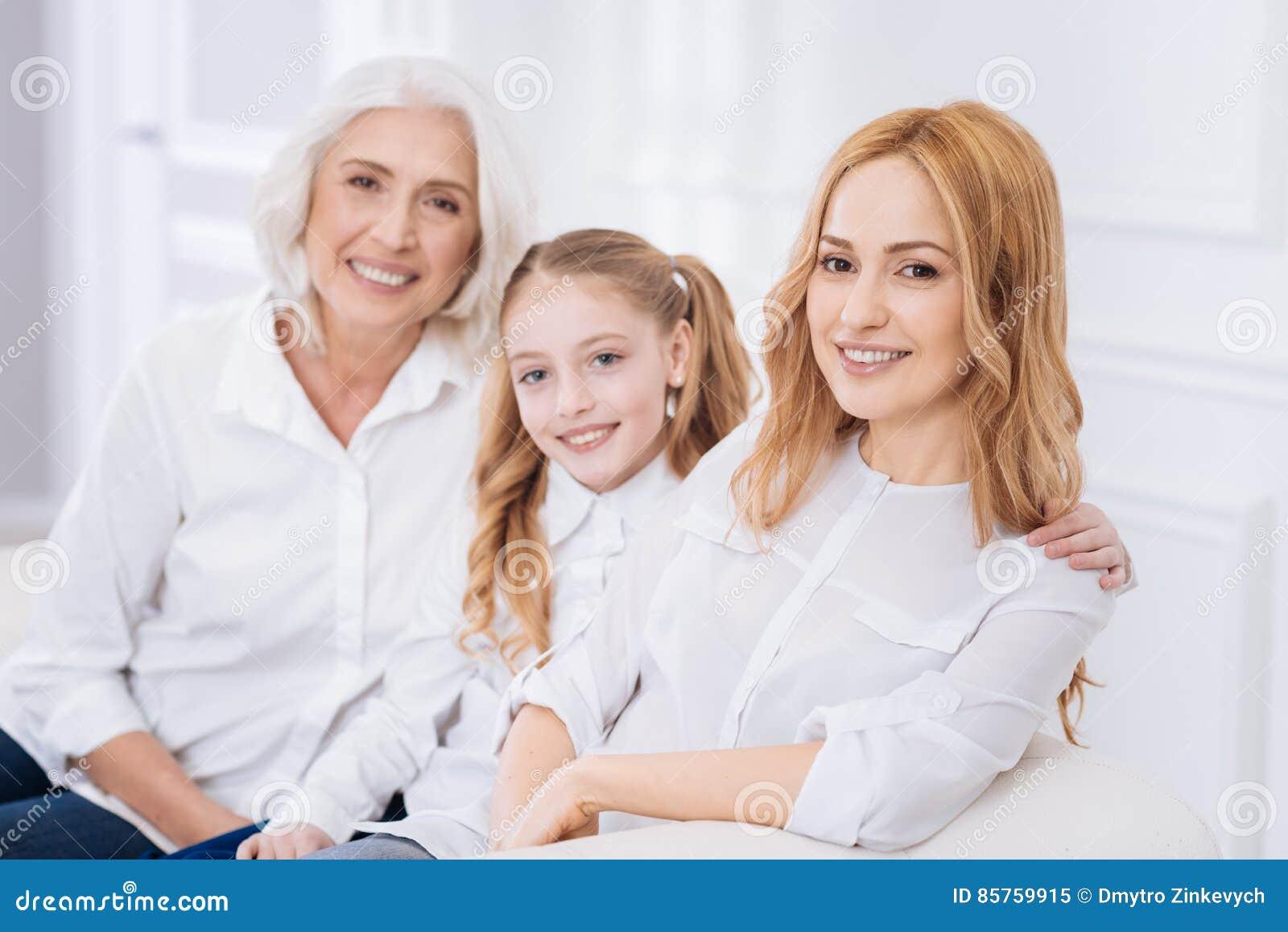 Drie generaties van de familie die op de laag rusten