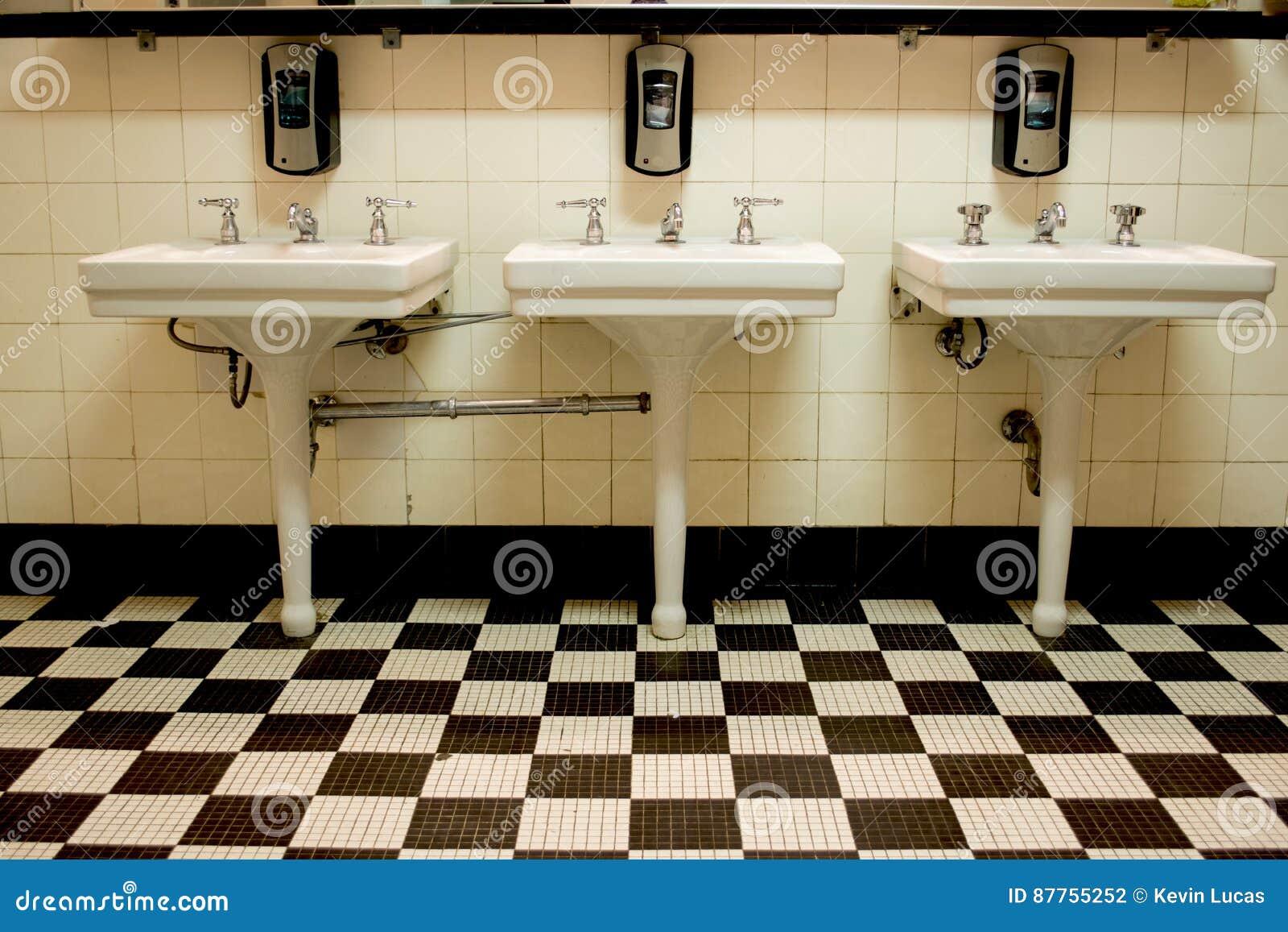 Drie gootstenen in oud openbaar toilet stock foto afbeelding