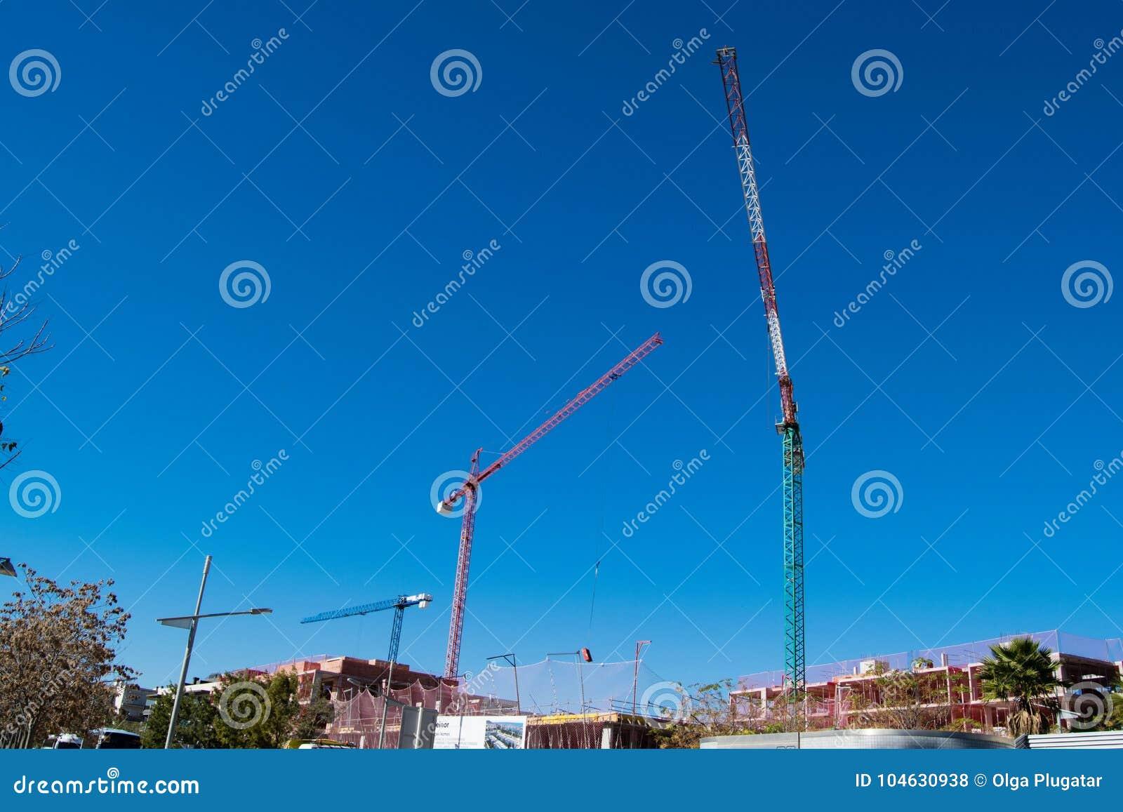 Download Drie Grote Hoge Kranen Onder Een Nieuwe Bouw Stock Foto - Afbeelding bestaande uit collectief, kraan: 104630938