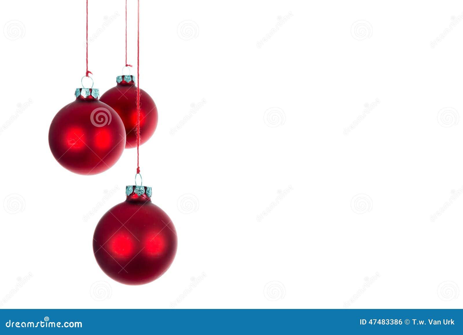 Drie hangende Kerstmisballen bij een witte achtergrond