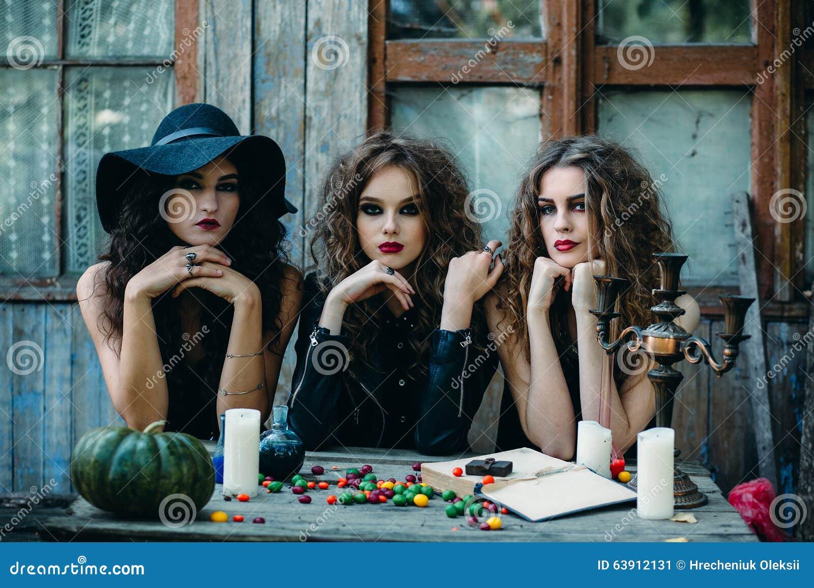 Drie heksen bij de lijst