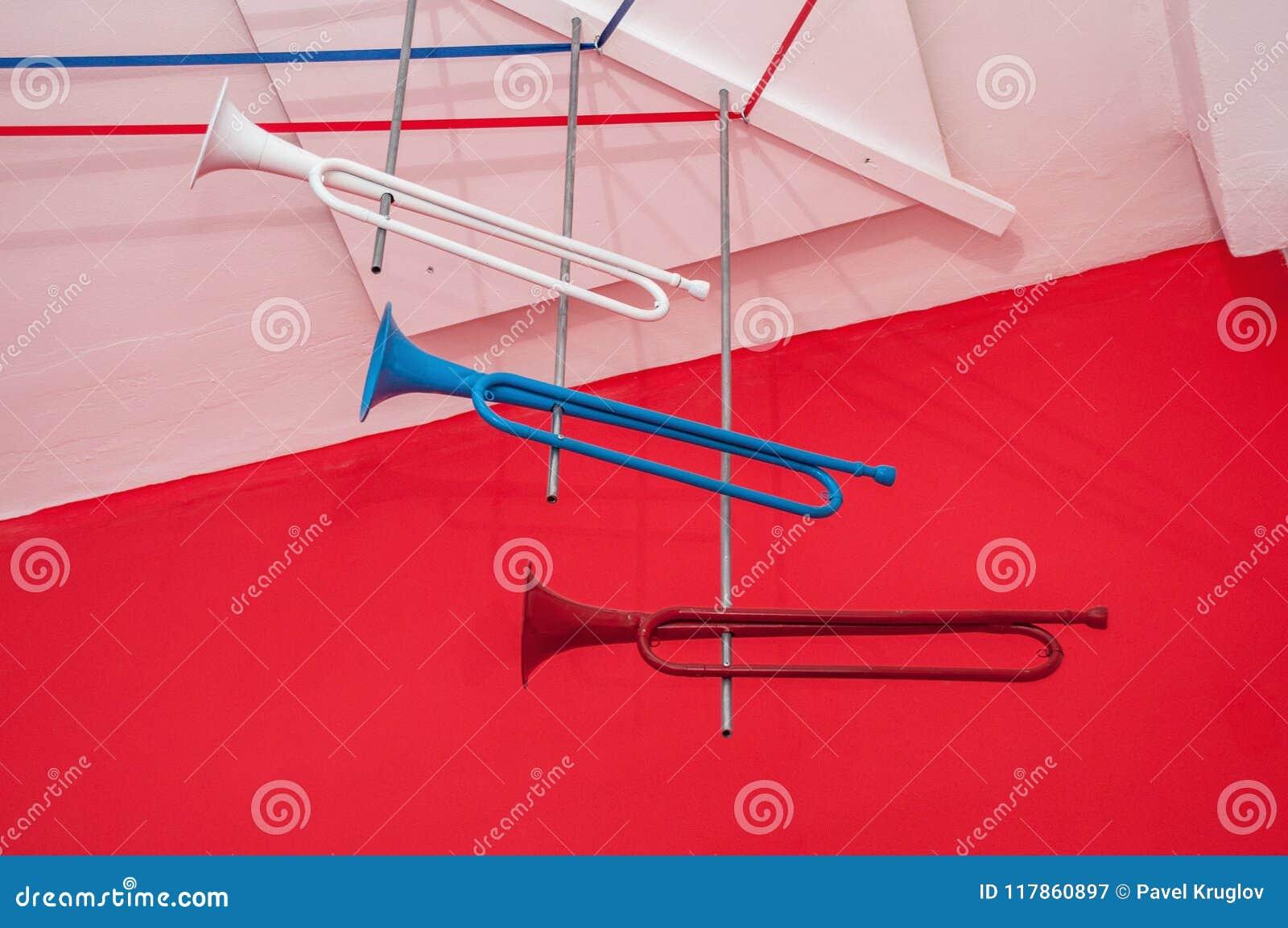 Drie heldere oude trompetten van rode, witte en blauwe kleur