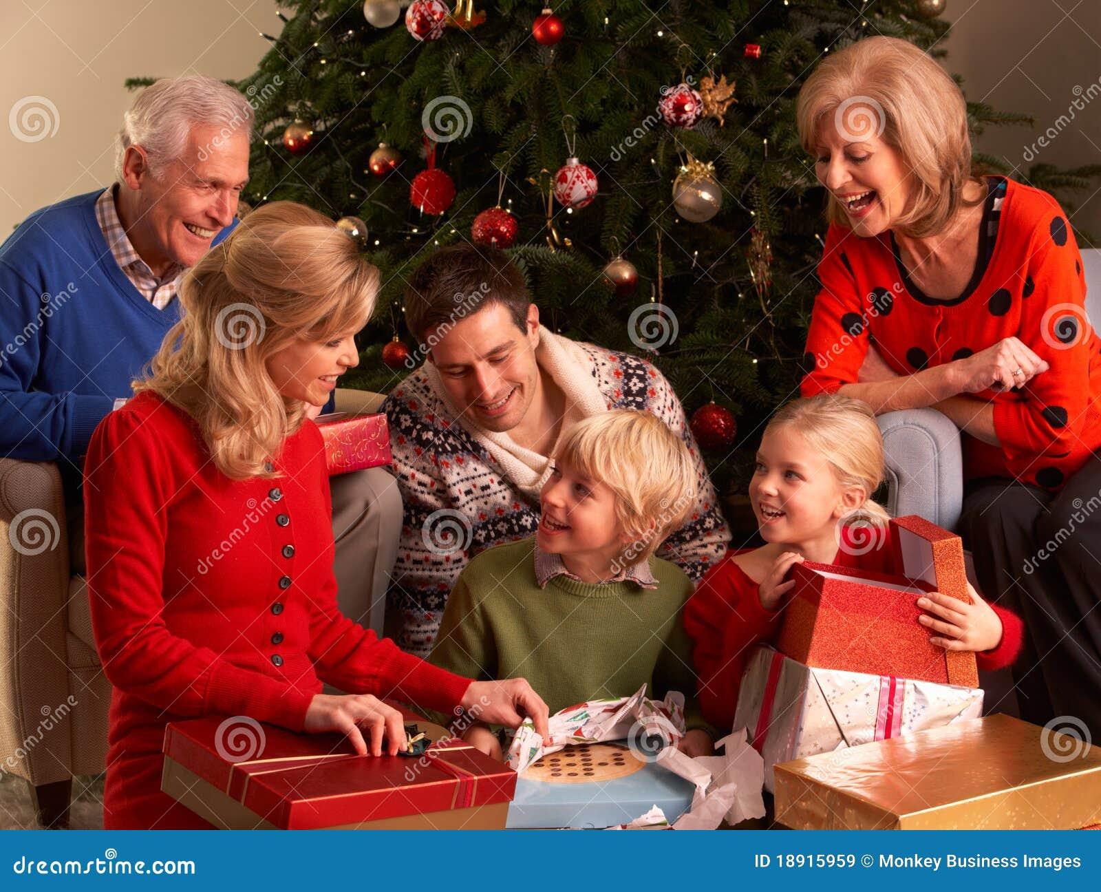 Drie het Openen van de Familie van de Generatie Giften van Kerstmis