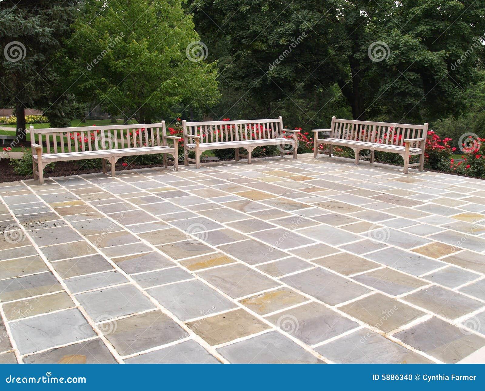 Drie houten banken door een terras stock foto afbeelding 5886340 - Terras hout ...