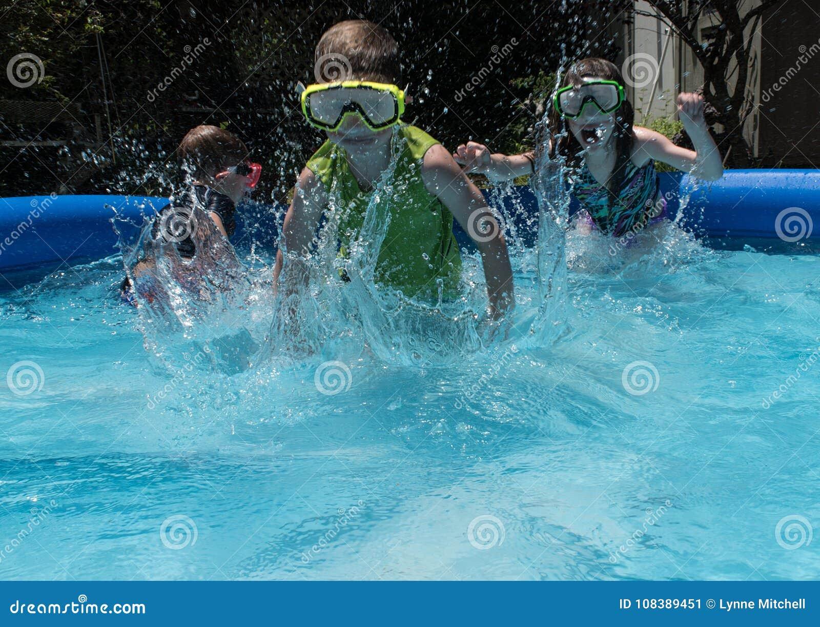 Drie jonge geitjes die vooruit in pool lopen die golven maken