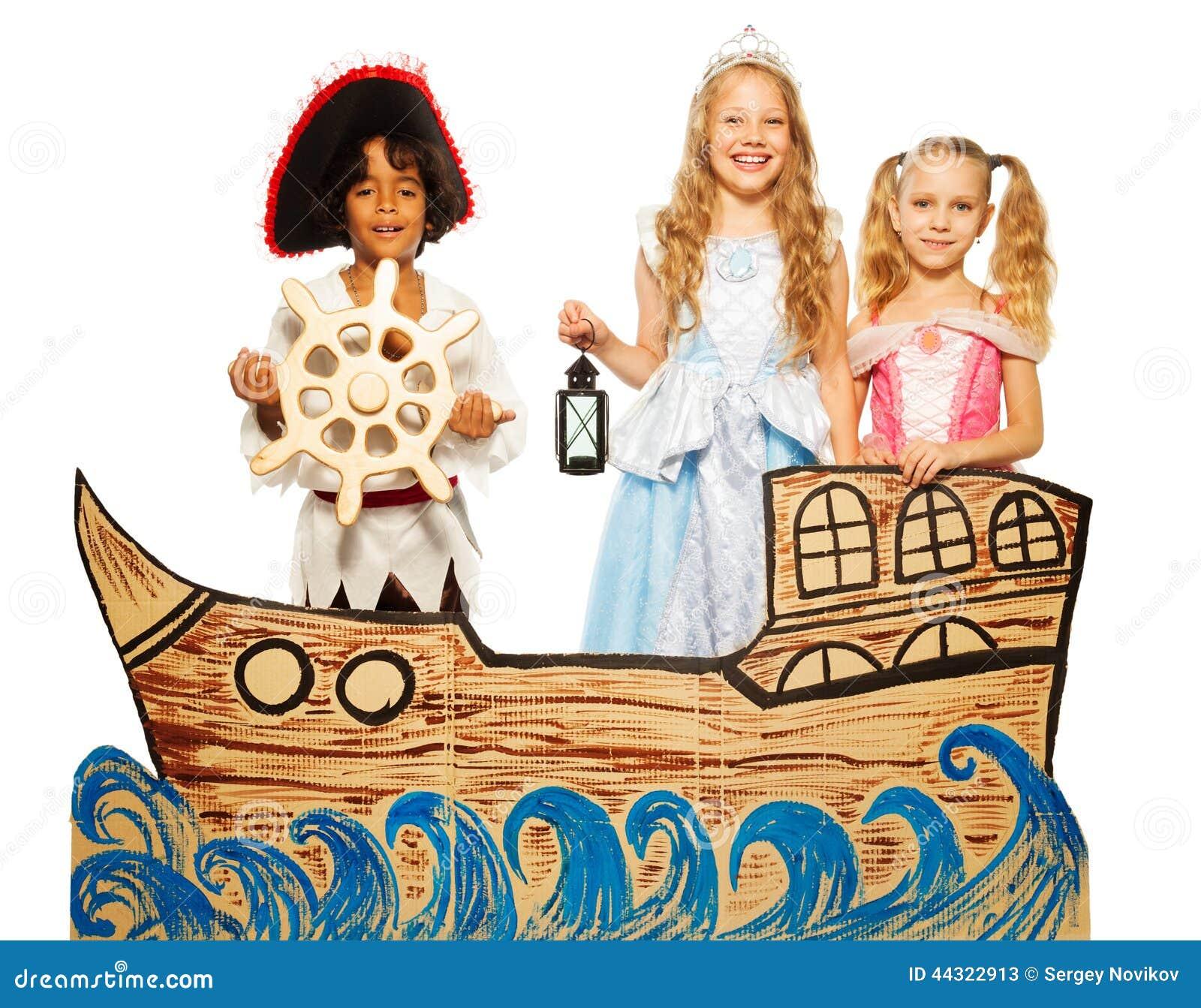 Drie jonge geitjes, piraat en prinses op kartonschip