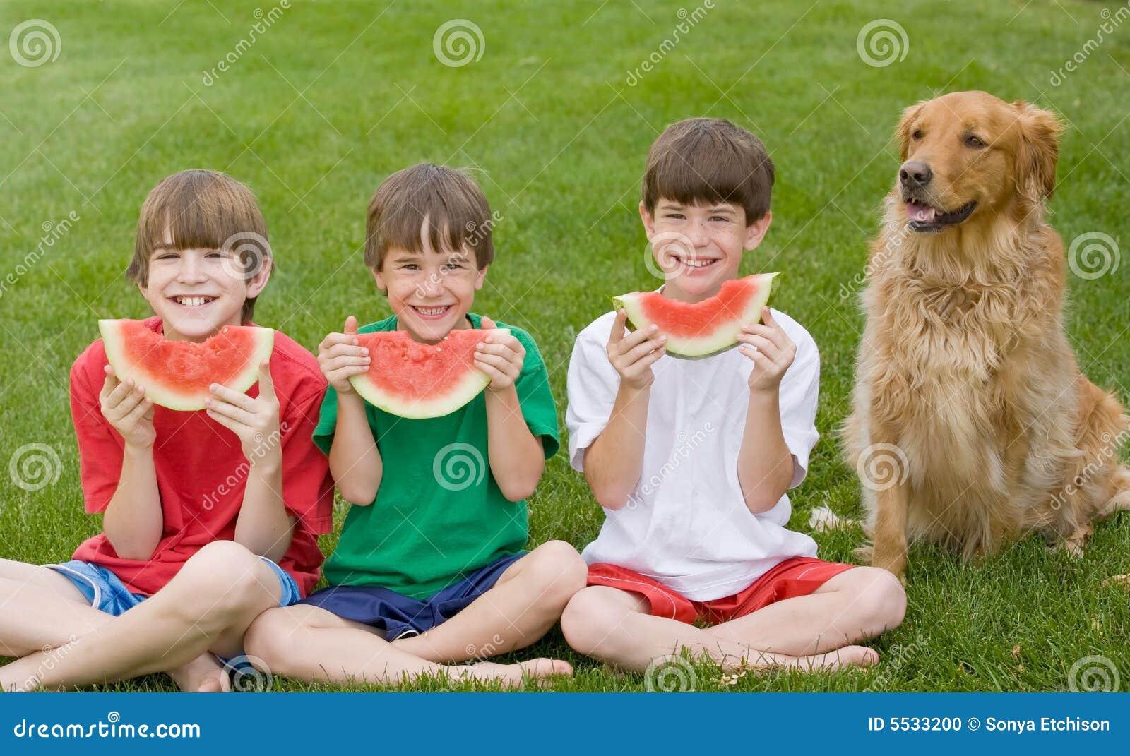 Drie Jongens die Watermeloen eten