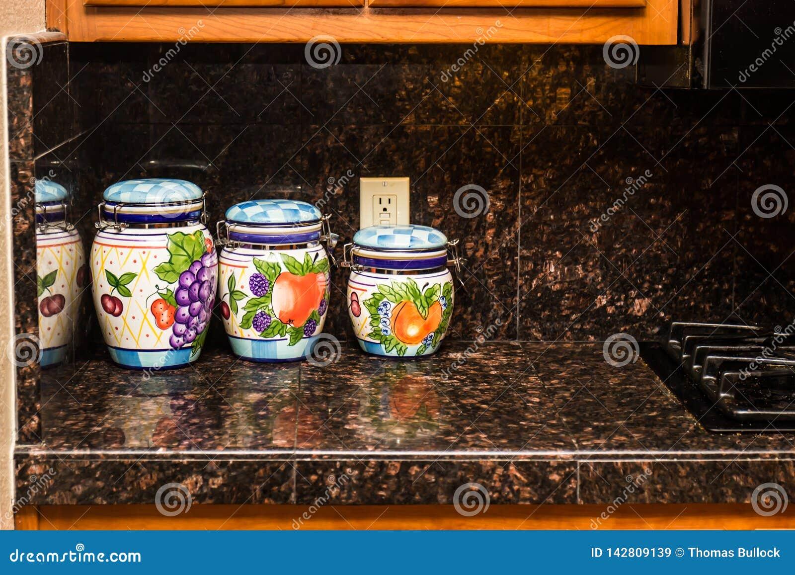 Drie Keuken Decoratieve Containers op Granietteller