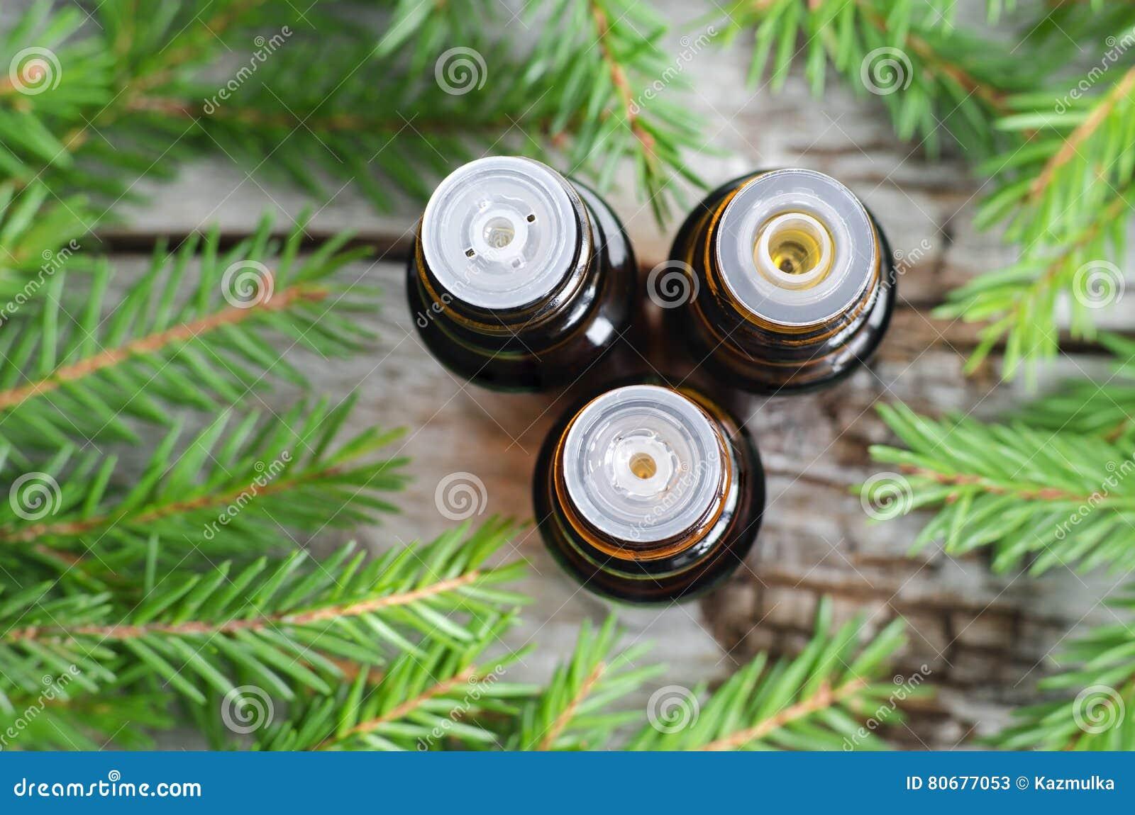 Drie kleine flessen essentiële sparolie